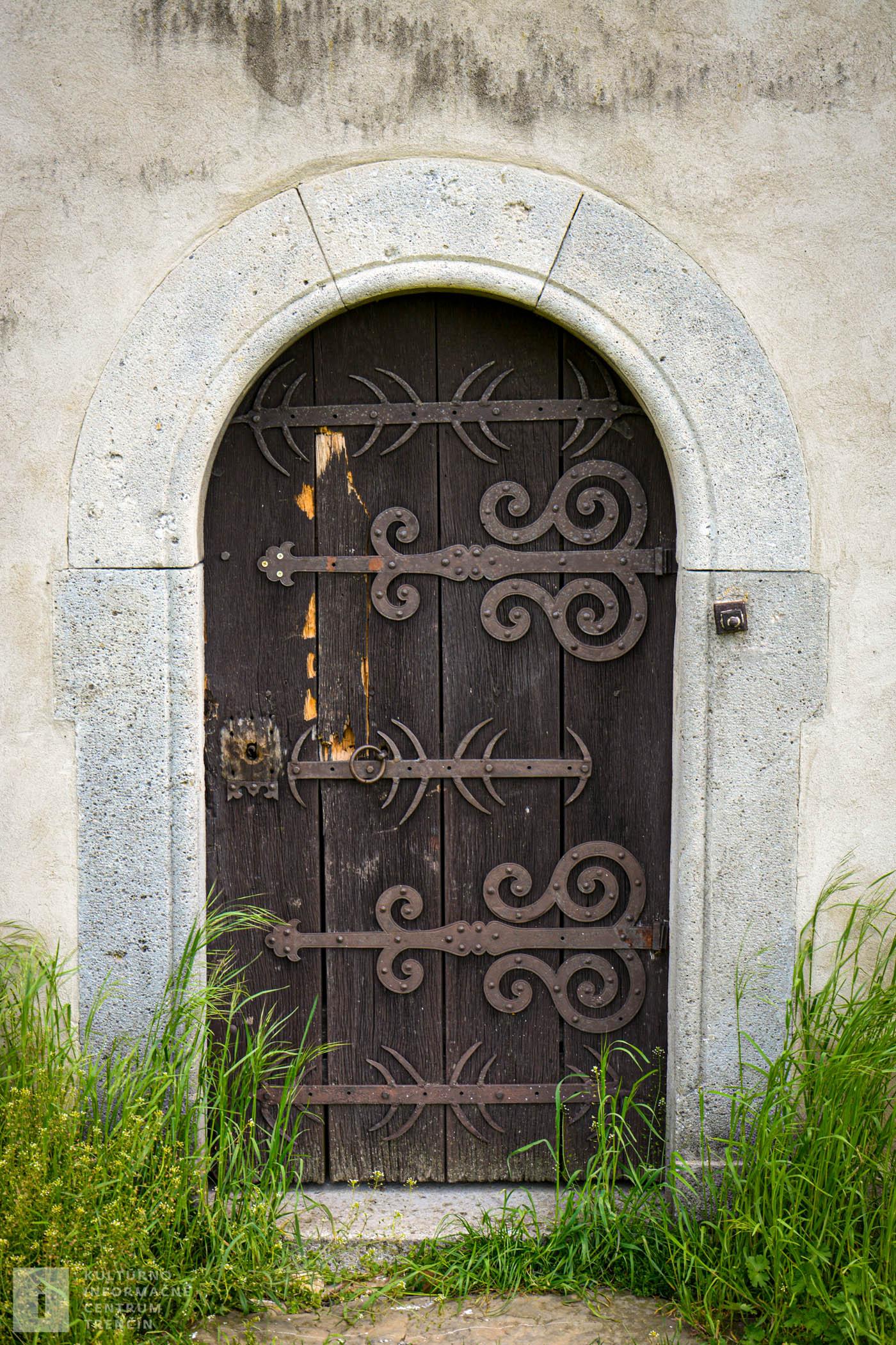 Vstupné dvere do kostolíka/Entrance to the church