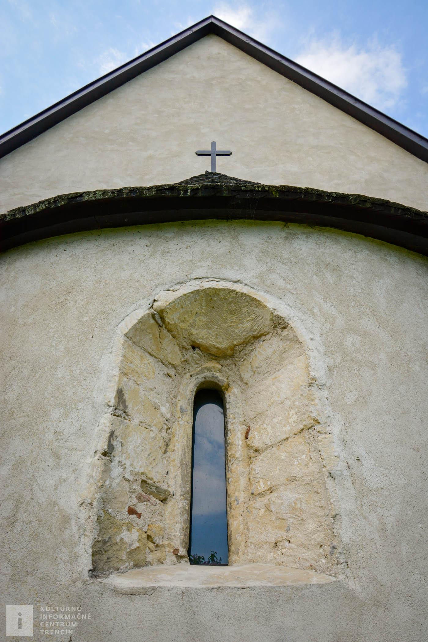 Pohľad na apsidu románskeho kostolíka sv. Jána Krstiteľa v Pomínocxi