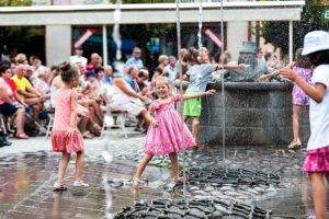 Obľúbená fontána s vodníkom Valentínom na Štúrovom námestí. Foto: Juraj Majerský