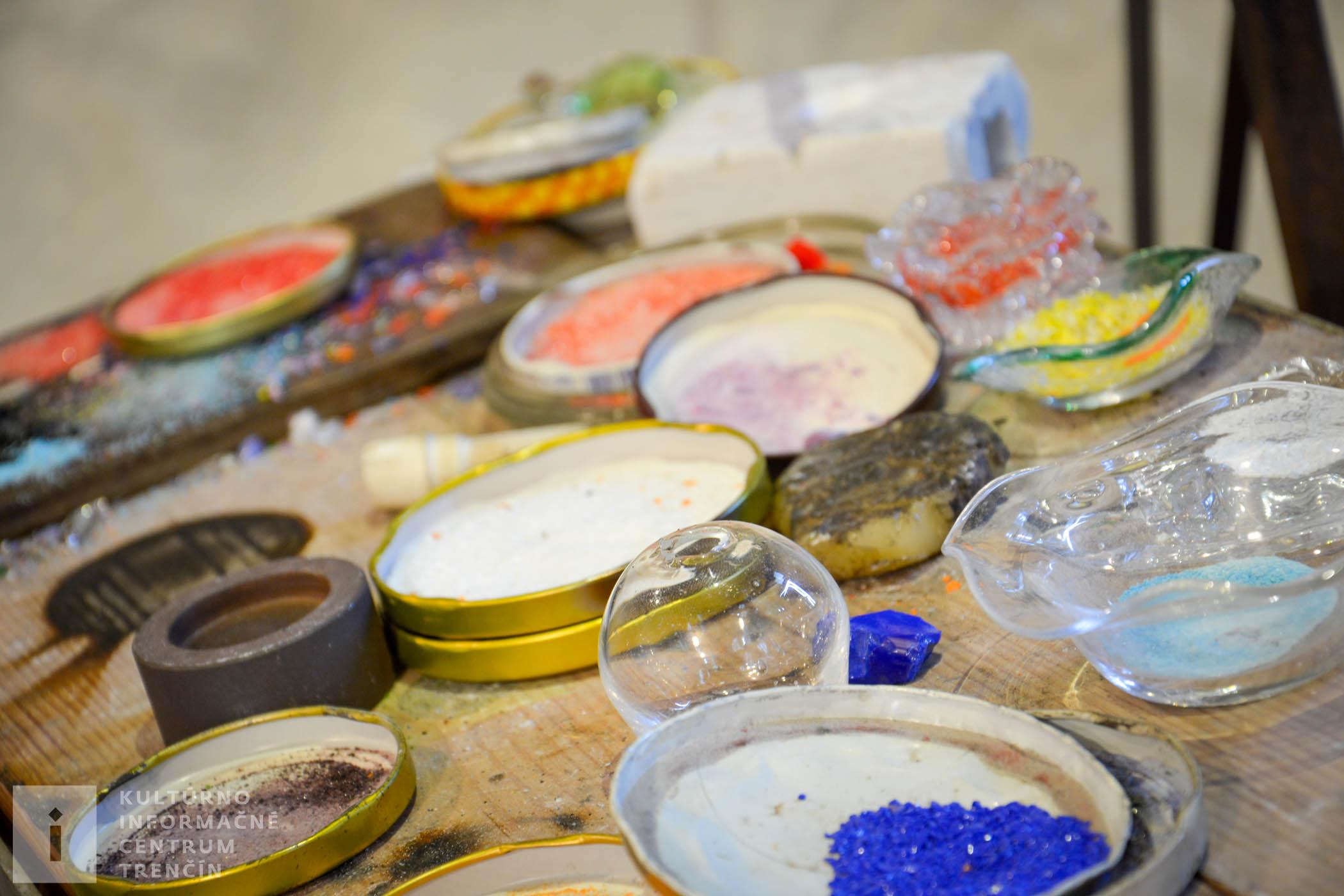 Farebné črepinky na dekoráciu/Colored shards for decoration of products