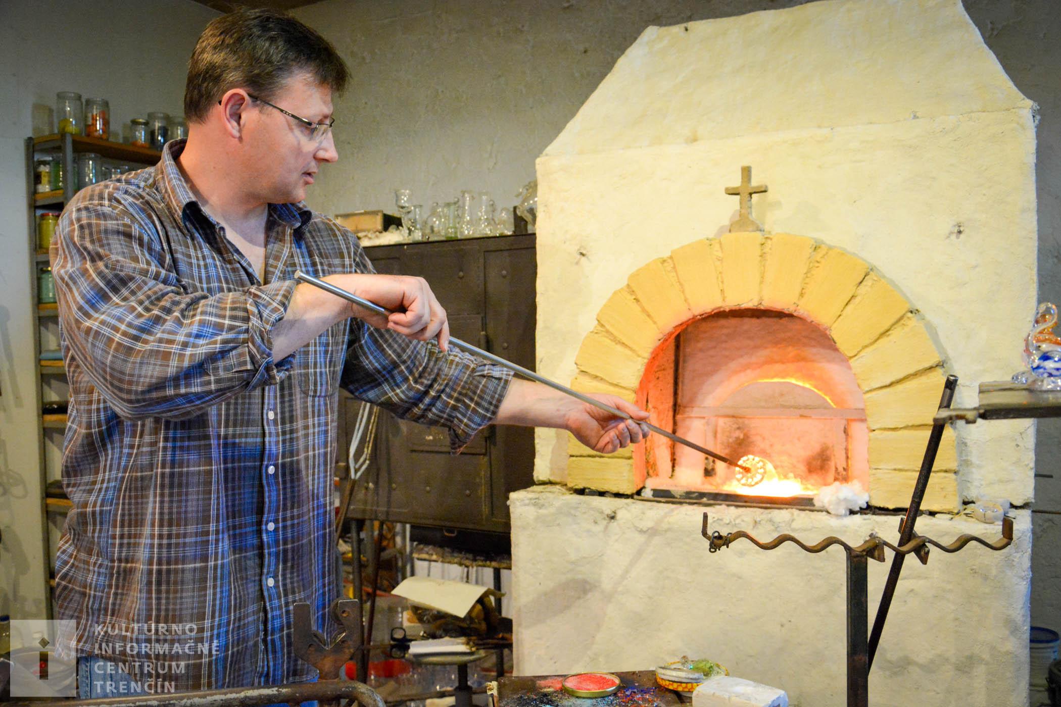 Pri práci so sklom hrá dôležitú úlohu čas. Najskôr je ho treba veľa – keďže zapálenie, temperácia pece a následne roztavenie skla trvá asi 24 hodín. Avšak na samotné tvarovanie skla má remeselník iba niekoľko sekúnd, pretože veľmi rýchlo tvrdne.