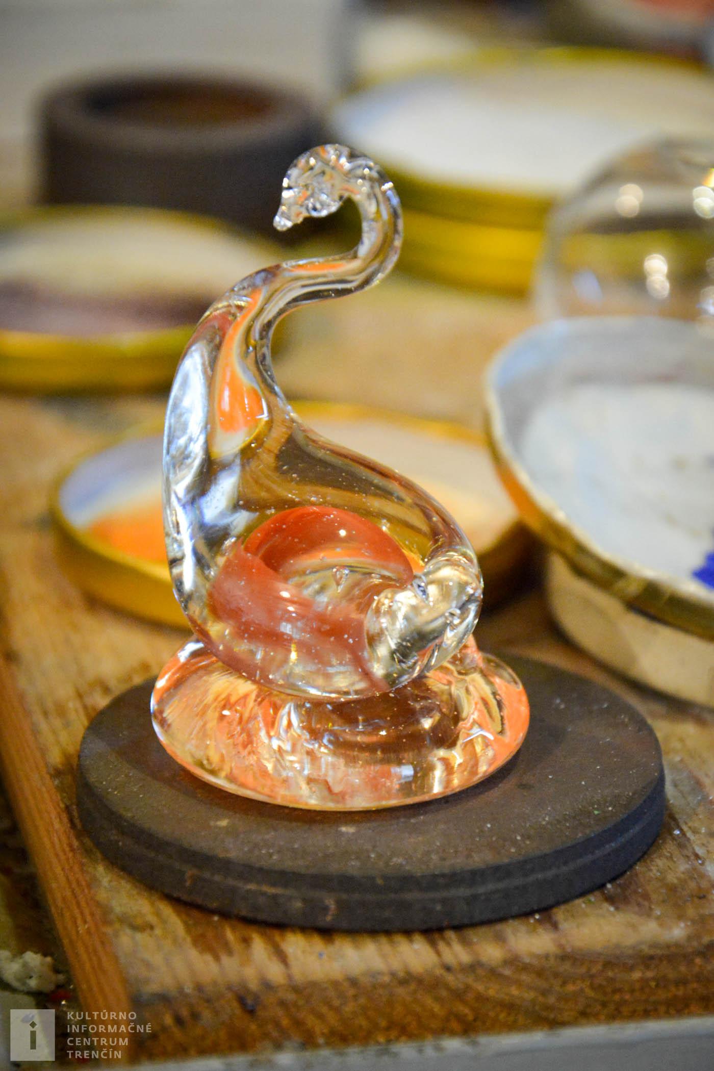 V sklárskom skanzene sa dozviete z čoho sklo vzniká, ako sa taví a môžete si obhliadnuť pomôcky a nástroje na tvarovanie skla.