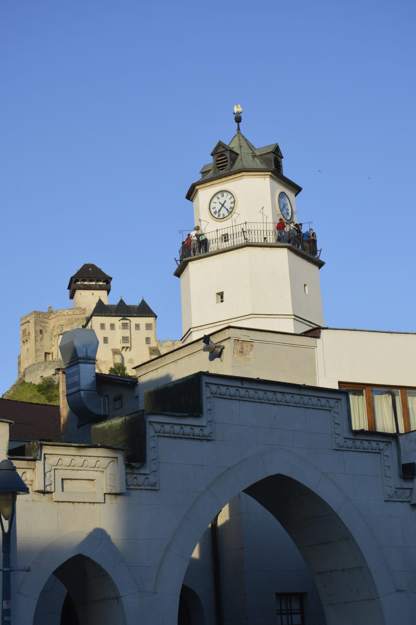 Mestská veža s hradom v pozadí