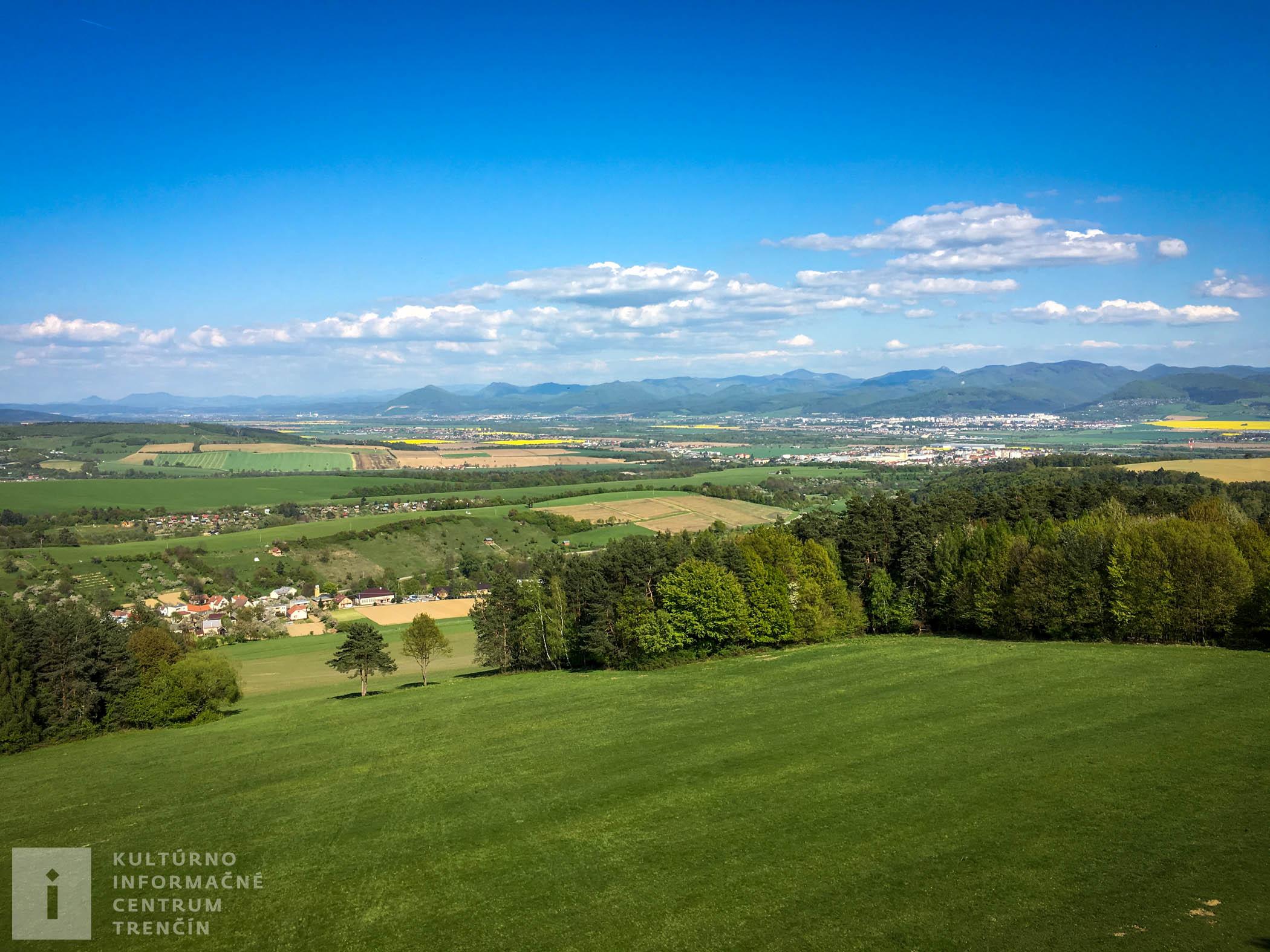 Výhľad z rozhľadne Malý Jelenec na blízke obce a mestá