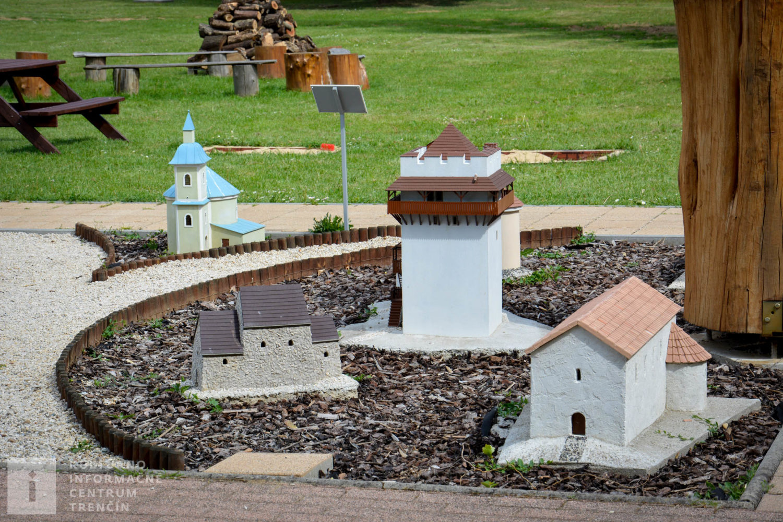 Modely kostolíkov a rotundy na Trenčianskom hrade a Veľkomoravského kostola na Devíne