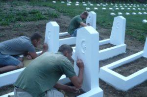Obnova písma na hroboch tureckých vojakov. Foto: P. Honzek.