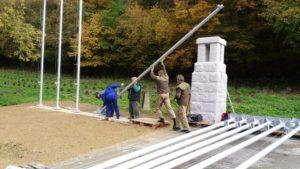 Osádzanie stĺpov pri vstupe do cintorína. Foto: P. Honzek.