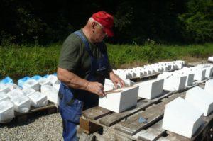 Generálporučík v. v. Ing. Pavel Honzek pri práci na náhrobných kameňoch