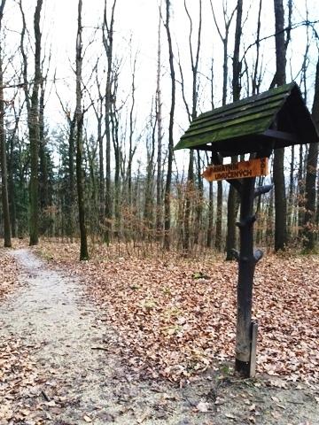 Smerník k pomníku pri lesnej ceste do Soblahova