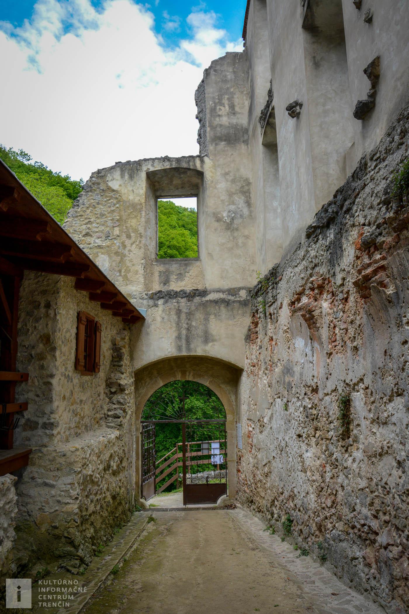 Vstupná brána do kláštora na Veľkej Skalke