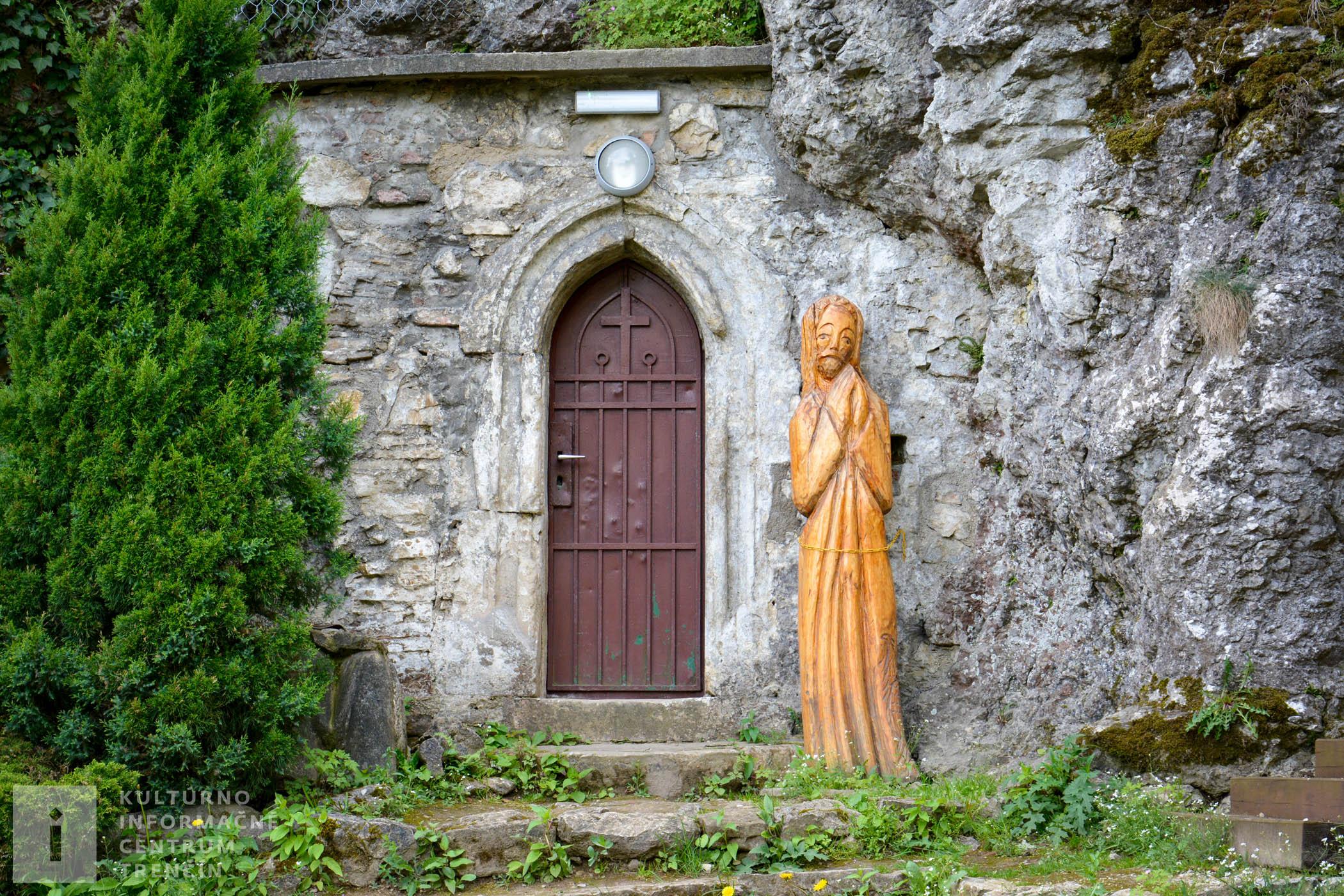 Vchod do jaskyne a kaplnky v Kláštore na Veľkej Skalke/Monastery Veľká Skalka