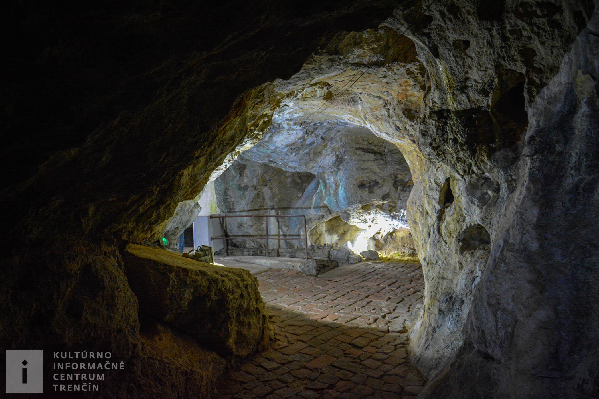 Pohľad do jaskynných chodieb v kláštore na Veľkej Skalke/Cave in the Veľká Skalka Monastery