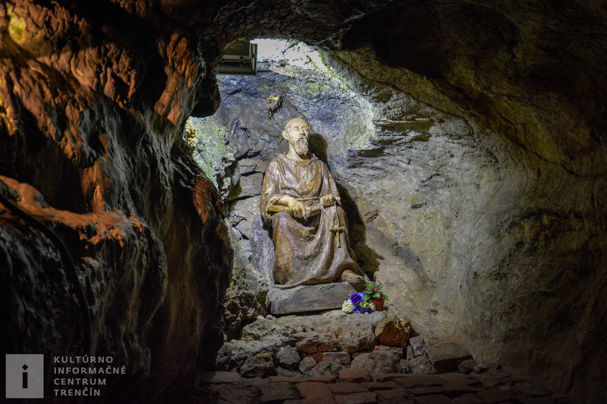 Socha pustovníka v jaskyni v kláštore na Veľkej Skalke / Statue of a hermit in the Monastery Cave