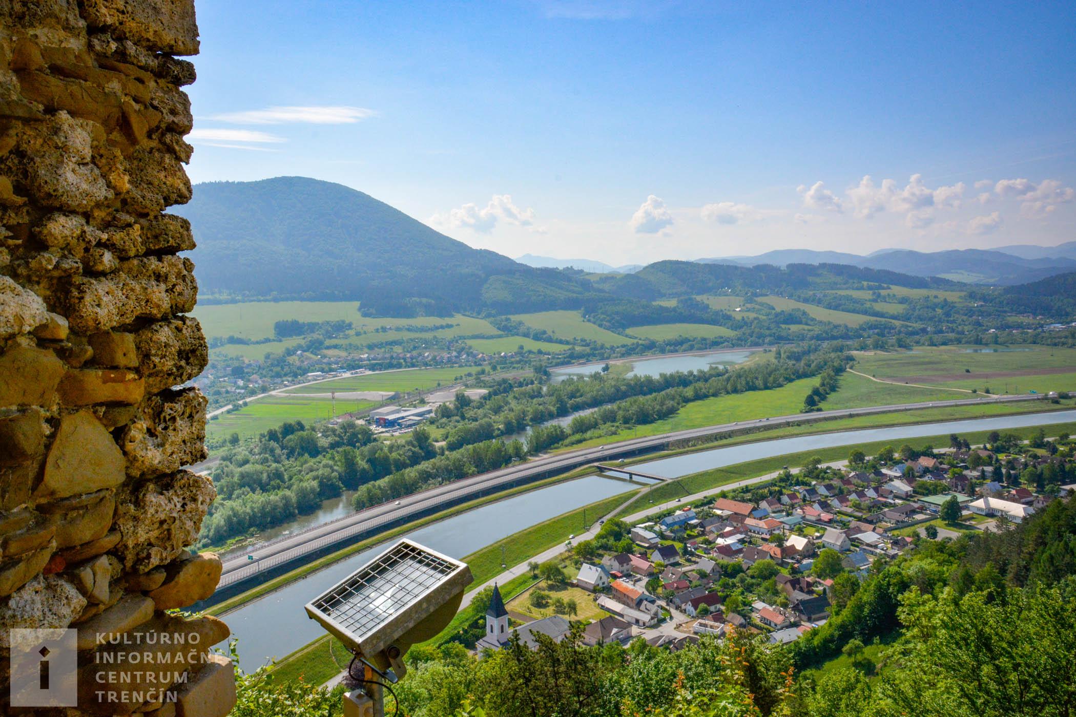 Panoramatický výhľad na Bytčiansku kotlinu od Považskej Bystrice po Bytču, Veľký a Malý Manín, ktoré rozdeľuje Manínska tiesňava, Súľovské skaly aj Hričovský kanál.