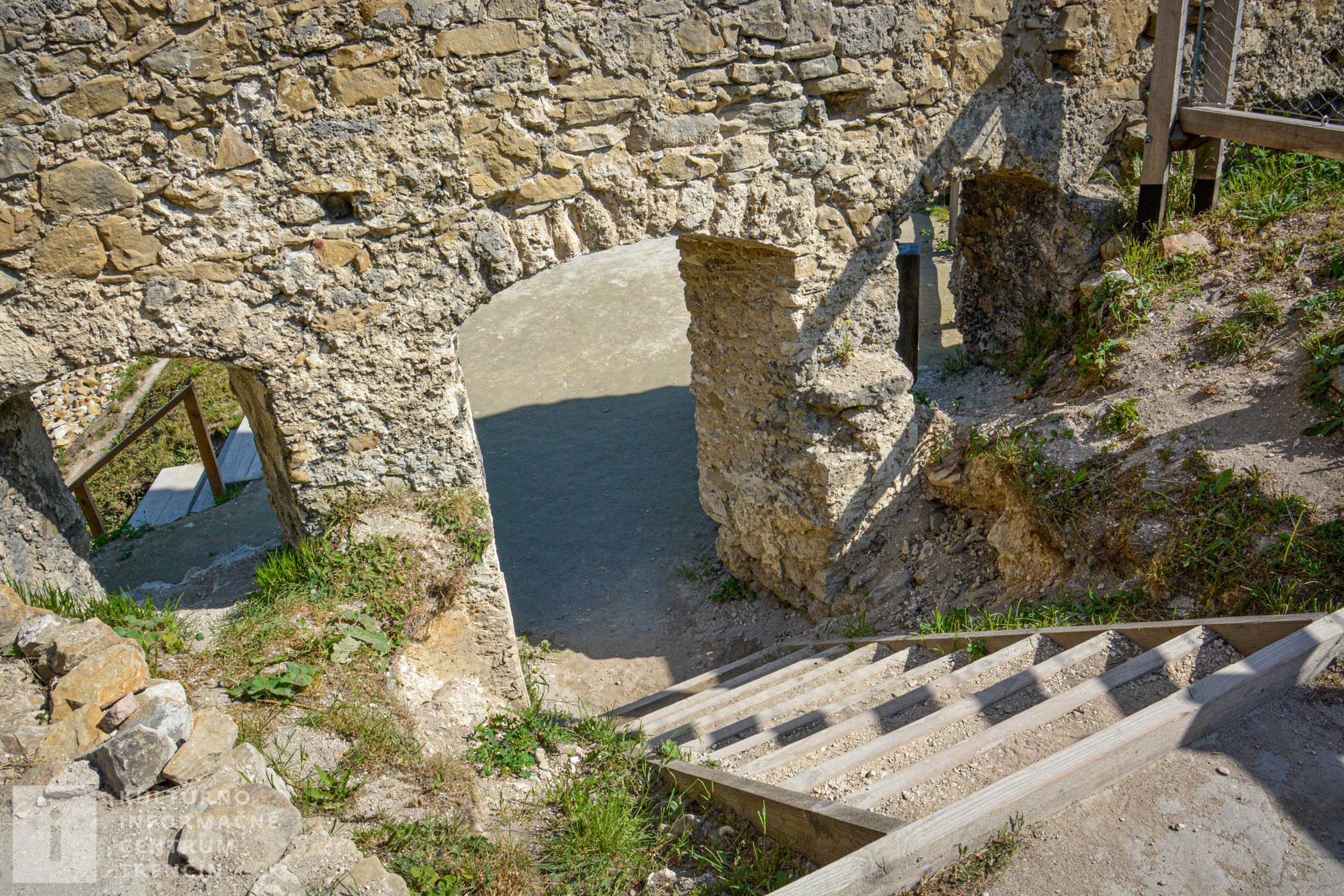V čase najväčšieho rozkvetu bývalo na Považskom hrade asi 400 ľudí. Vodu doň privádzali podzemnými drevenými potrubiami zo studničky Sklepitá.