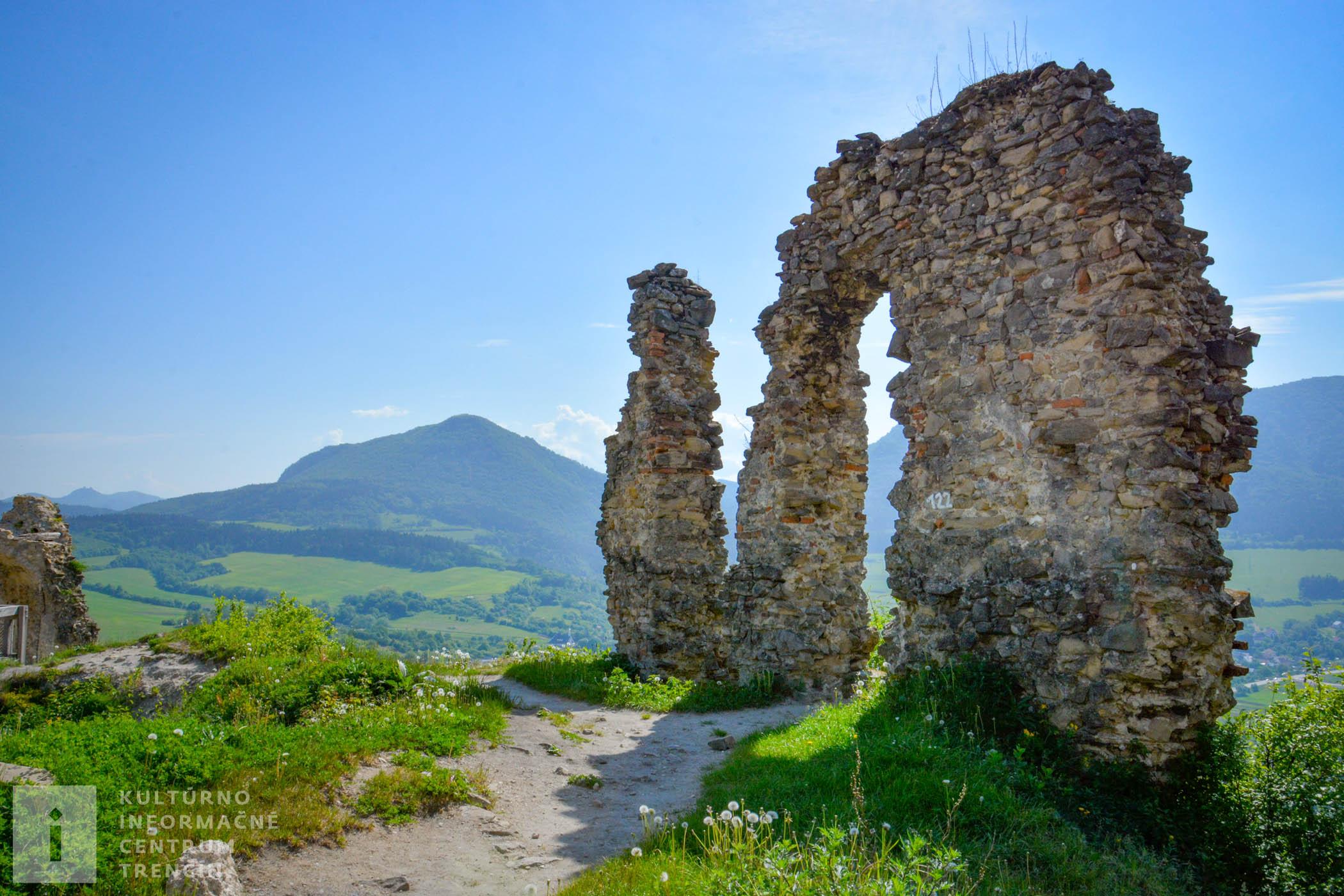 Považský hrad menil počas storočí často majiteľov, postupne chátral, až z neho napokon zostali len ruiny.