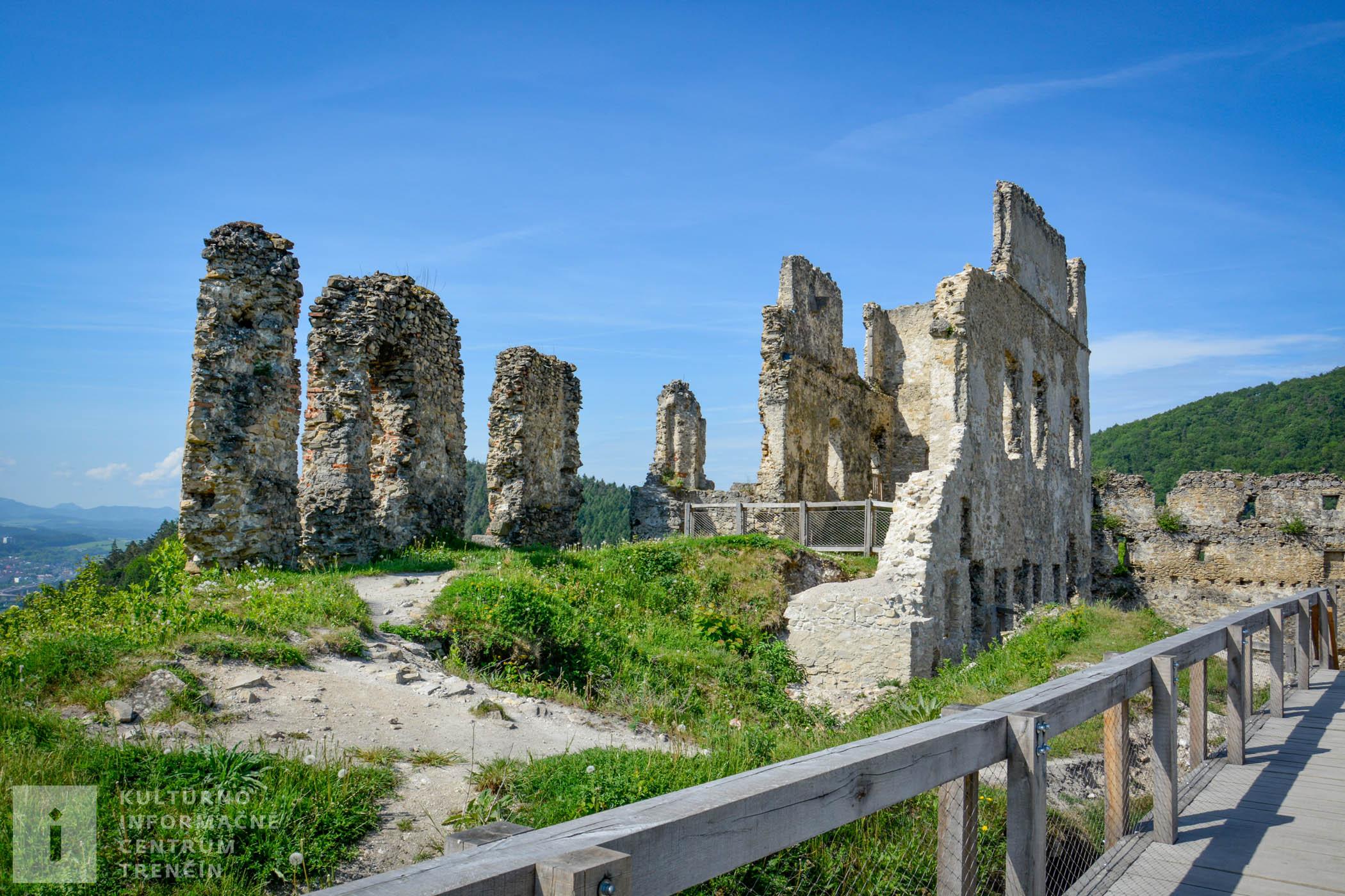 Podľa písomnej zmienky z roku 1316 bol prvým oficiálnym majiteľom hradu Matúš Čák Trenčiansky.