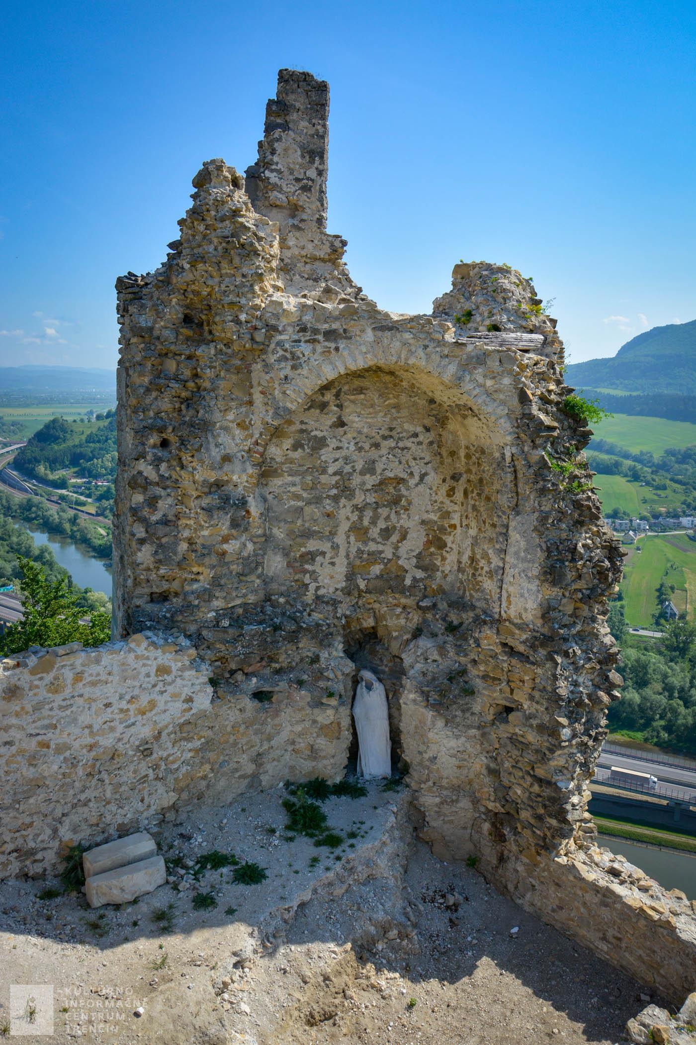 Aj tento hrad – ako mnoho ďalších na Považí – dal postaviť uhorský kráľ Belo IV. koncom 13. storočia.