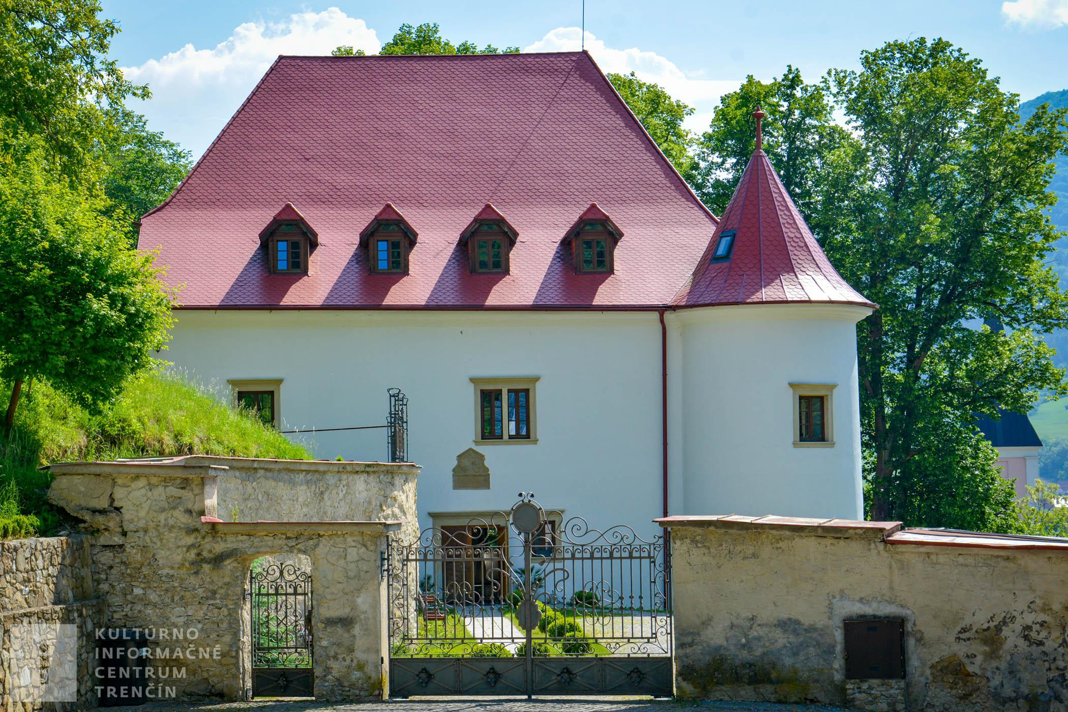 """Renesančný kaštieľ """"Burg"""" dali postaviť v roku 1631 Balašovci, ktorí uprednostnili bývanie v pohodlnom a luxusnom kaštieli pred stredovekým hradom."""