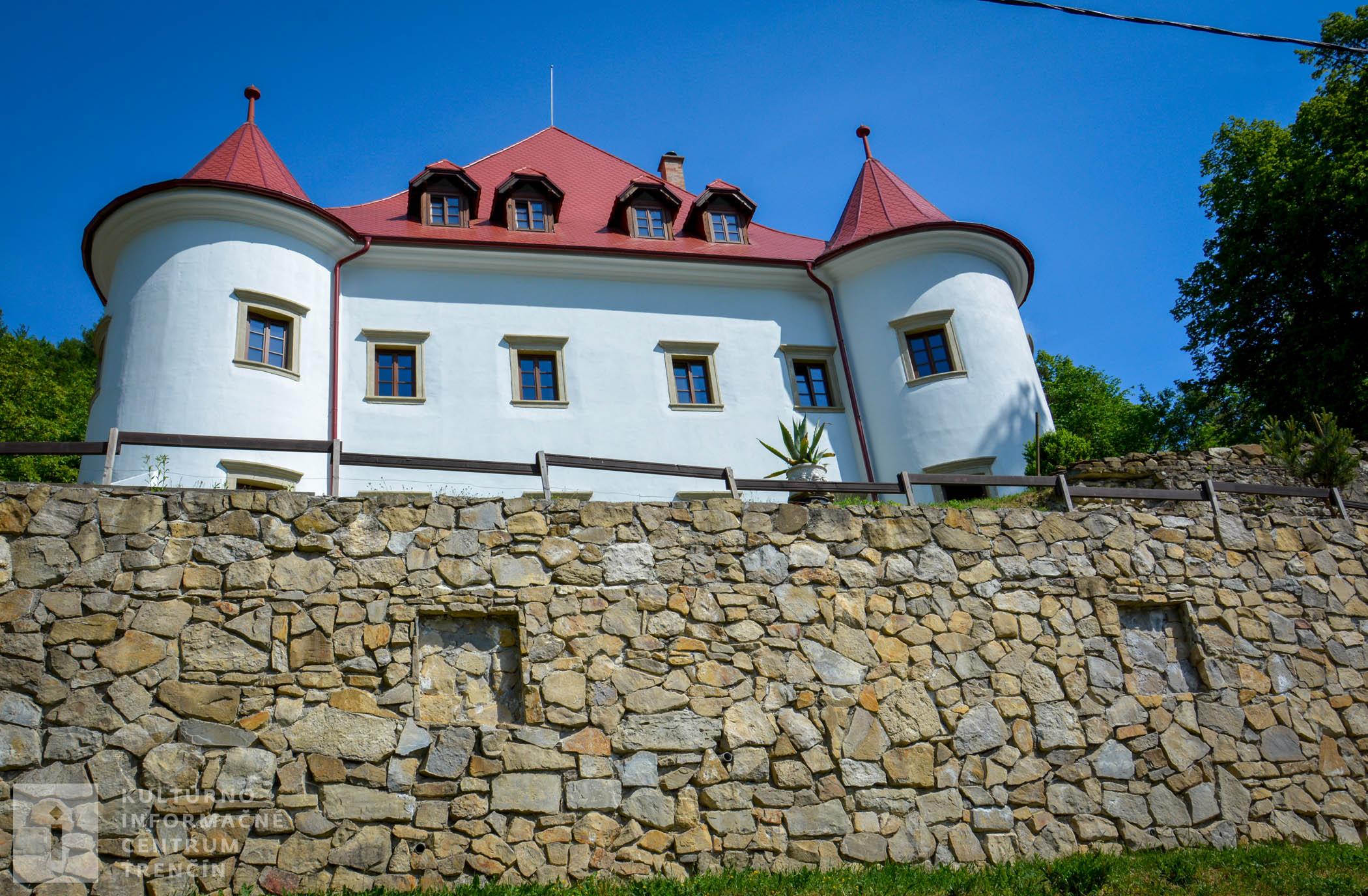 Pod hradným kopcom si všimnite aj menší renesančný kaštieľ, domácimi nazývaný Burg (buď podľa sv. Burga alebo nemeckého slova burg – hrad).