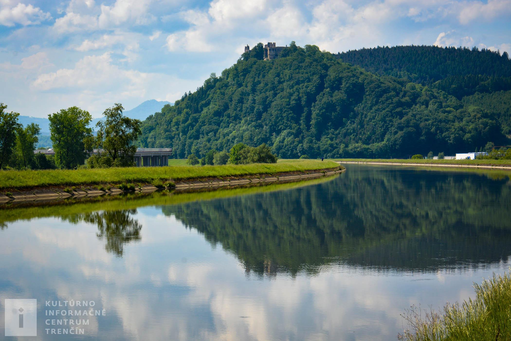 Najľahšie sa na Považský hrad dostanete z obce Považské Podhradie.