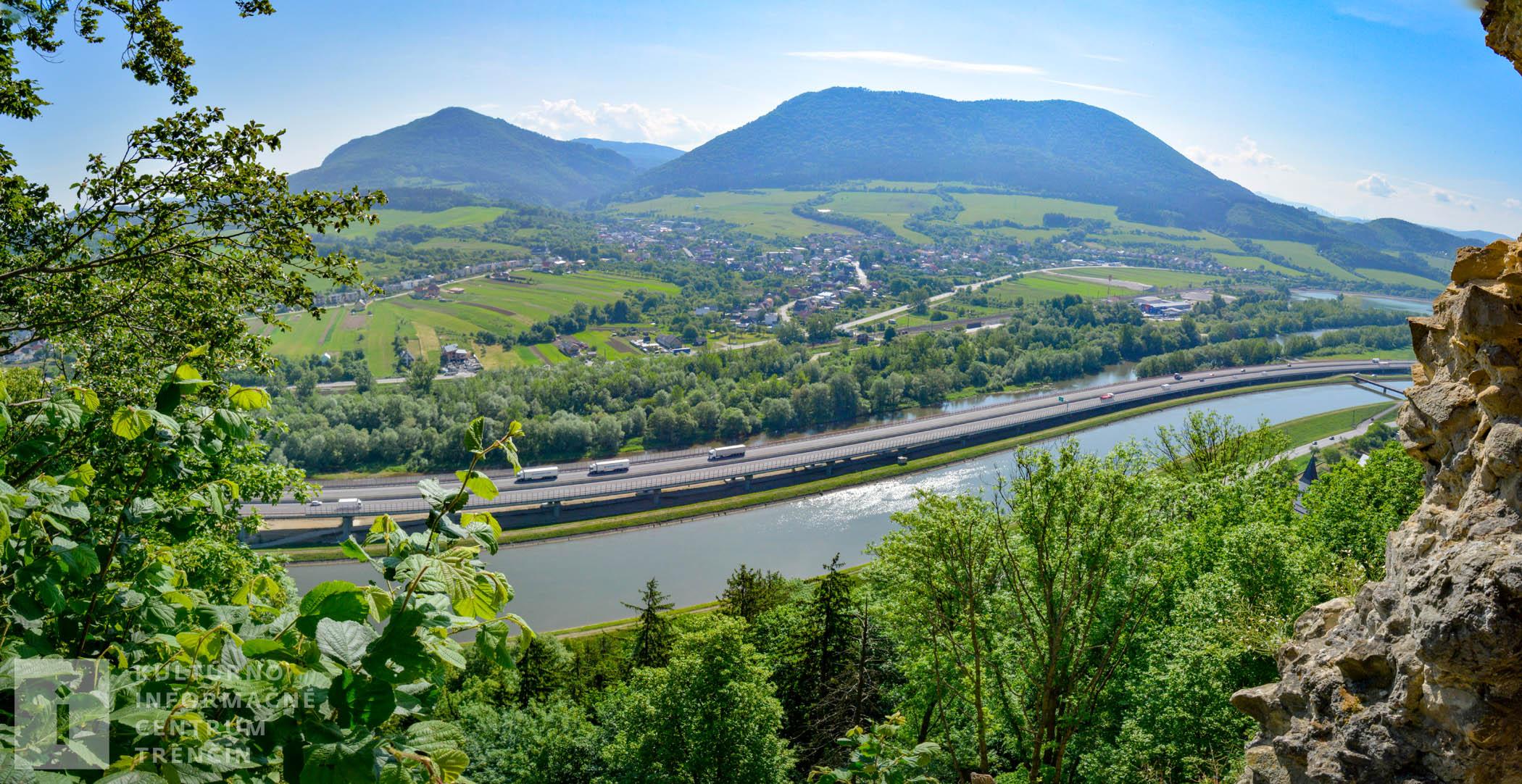 Výhľad z Považského hradu na rieku Váh, Hričovský kanál, diaľnicu D1...