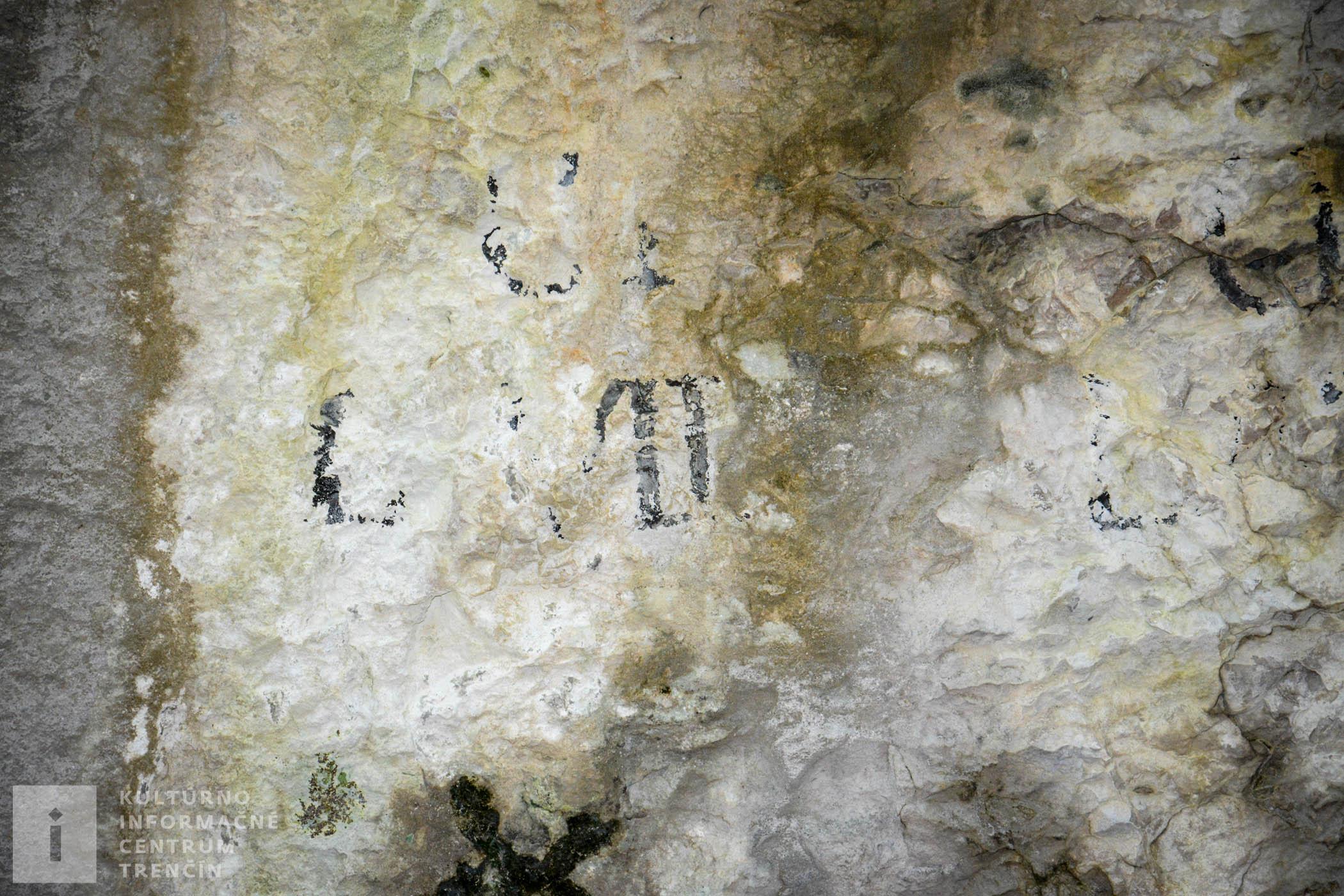Dobre sa v jaskyni poobzerajte po stenách. Na niektorých miestach zbadáte rôzne nápisy. Väčšina z nich pochádza zo začiatku 20. storočia.