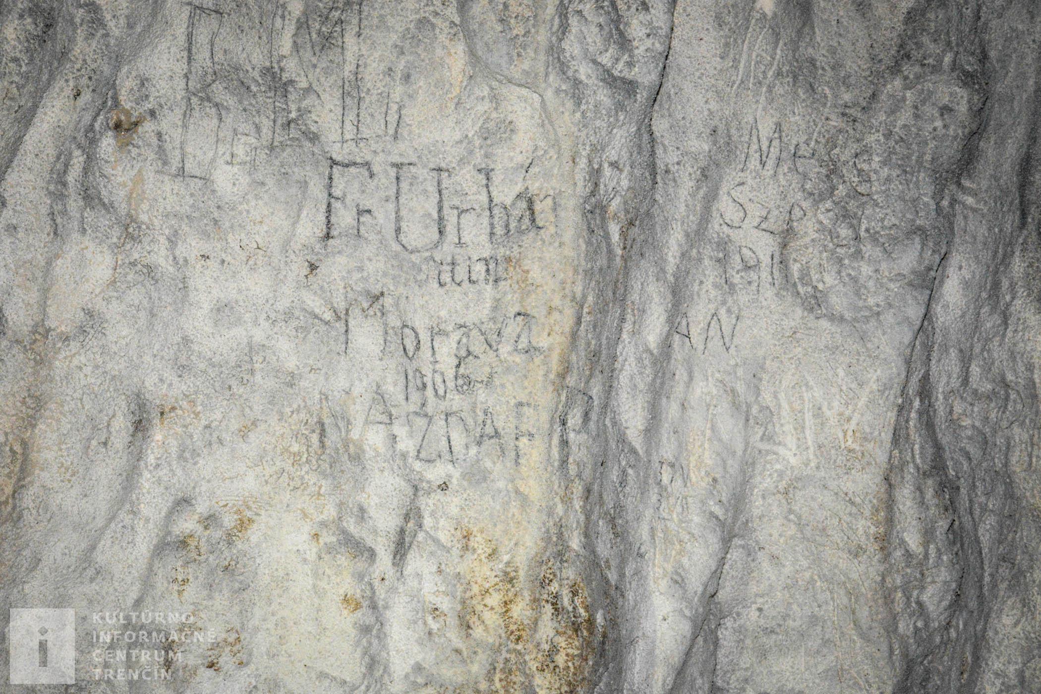 Zrejme najstarší, dnes už nečitateľný nápis, je nad vchodom do jaskyne z vonkajšej strany.