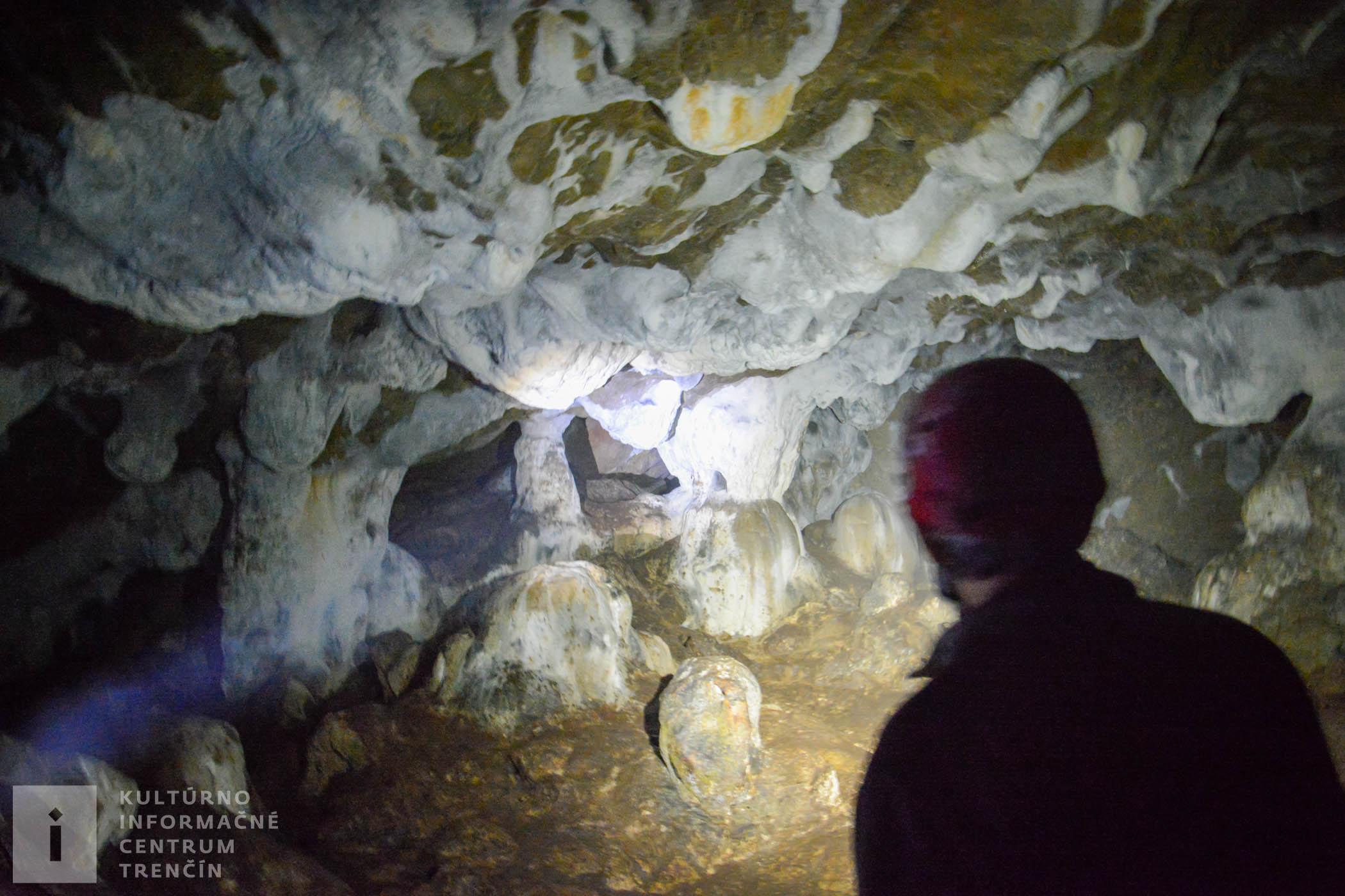 Viete rozoznať stalaktity, stalagmity a stalagnáty? Ak nie, v hlbších častiach jaskyne vám ich ukážu a povedia o nich viac skúsení jaskyniari.