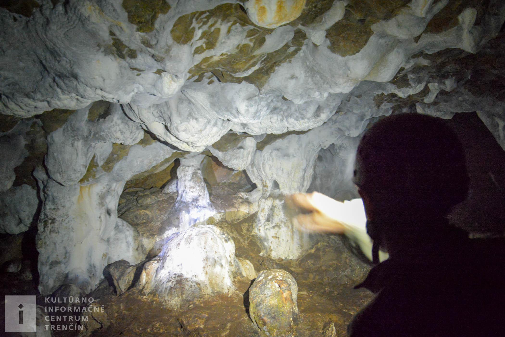 Výzdoba z mäkkého sintra (jaskynného tvarohu), ktorý lieči choroby dýchacích ciest.