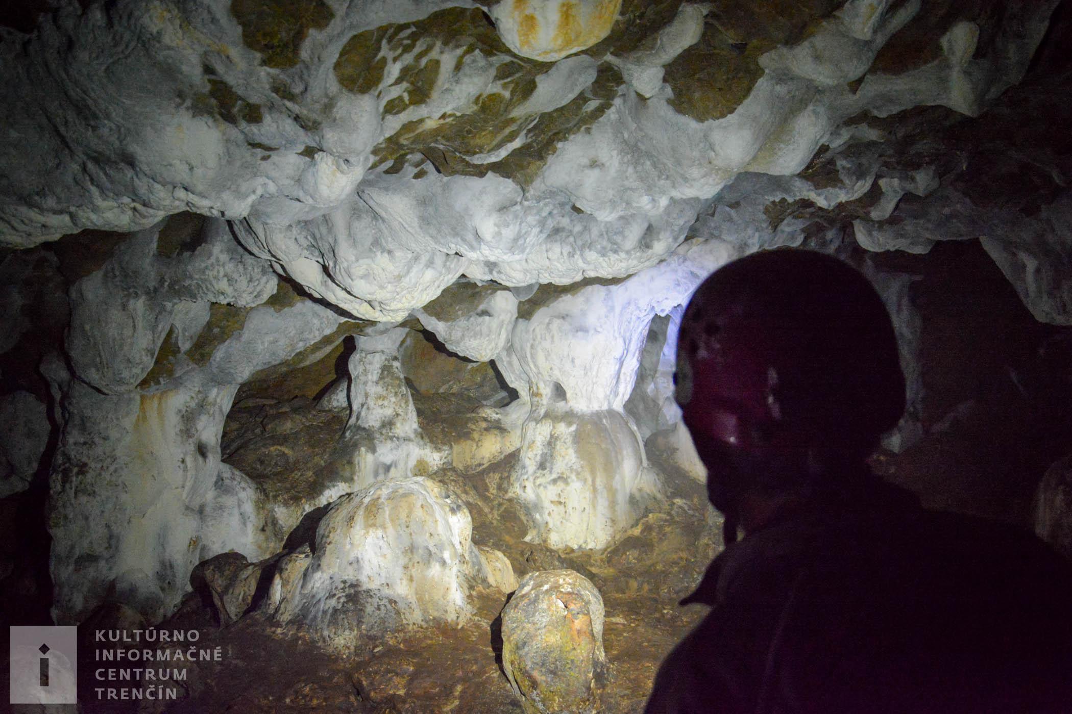Ak sa rozhodnete pre návštevu jaskyne, nezabudnite si vziať turistickú obuv, vhodné oblečenie a baterku (najlepšie čelovku).