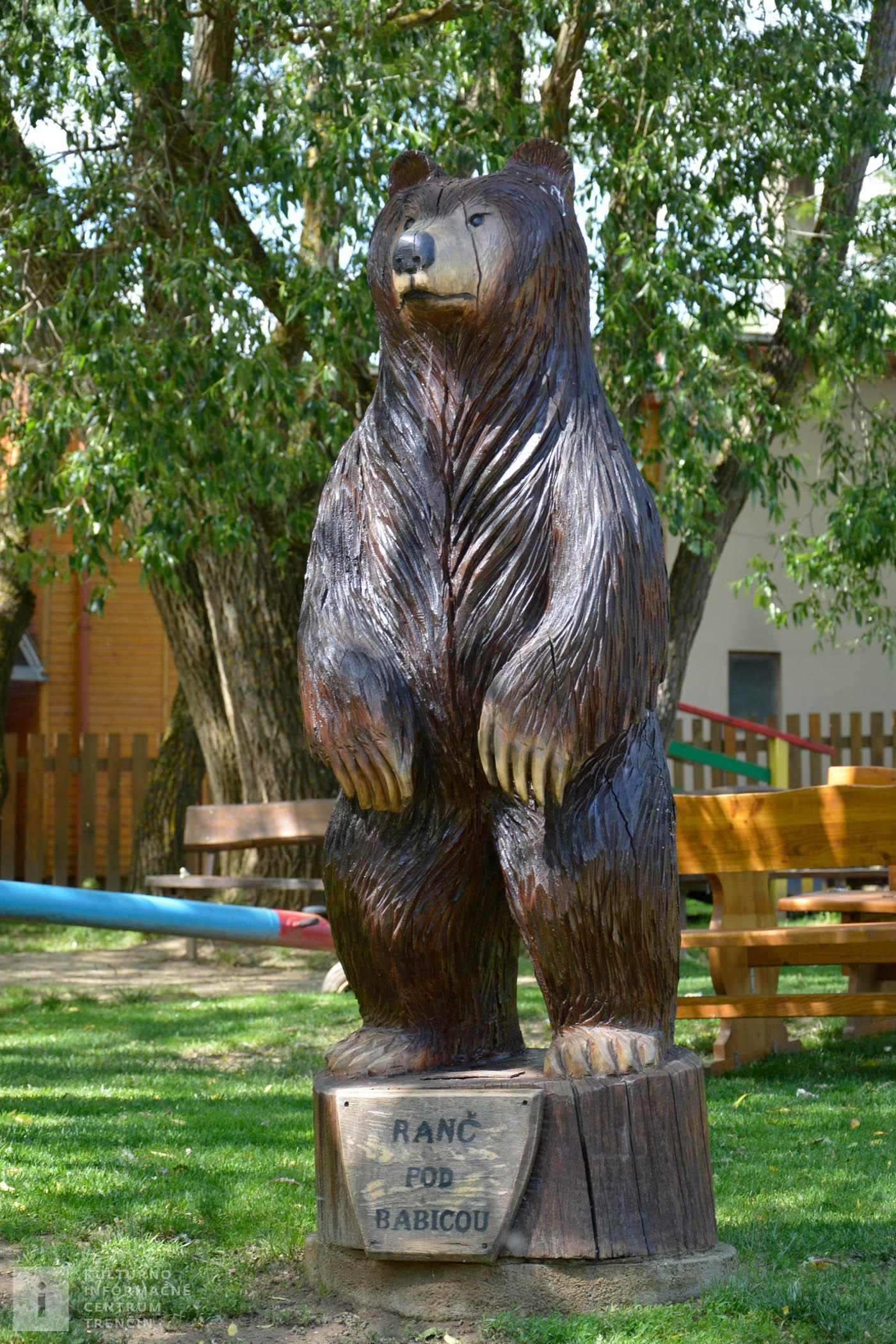 Vyrezávaná socha medveďa sa nachádza na Ranči pod Babicou