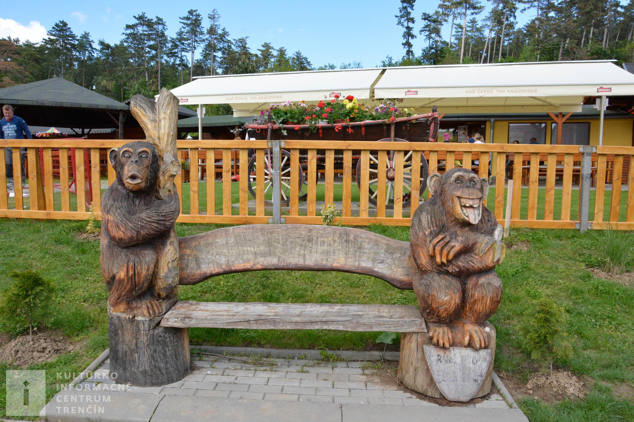 V areáli ranča sa môžete posadiť aj medzi drevené opice.