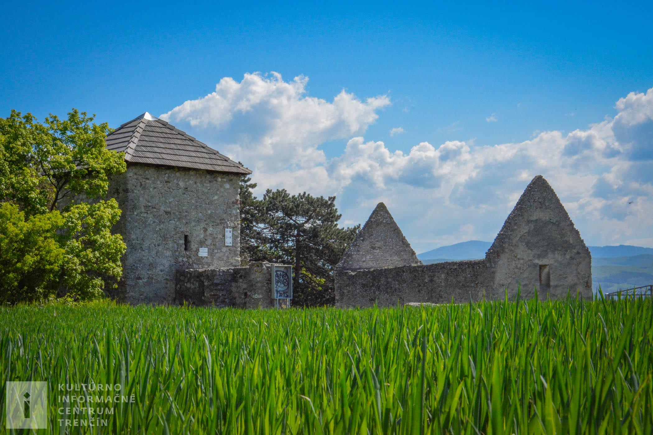 Románsky kostolík Všetkých svätých so strážnou vežou v Haluziciach