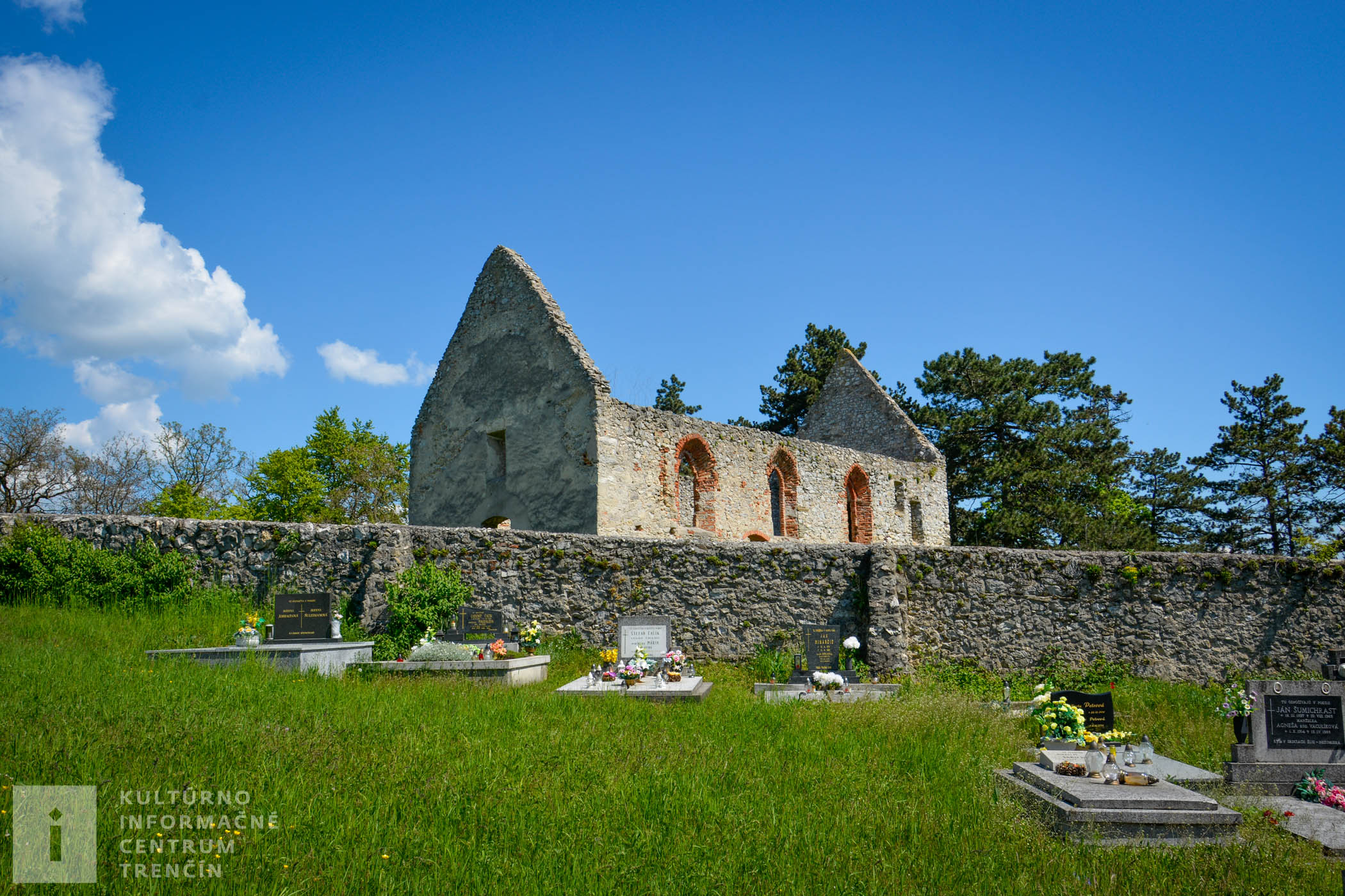 V blízkosti haluzického kostolíka Všetkých svätých sa nachádza aj cintorín