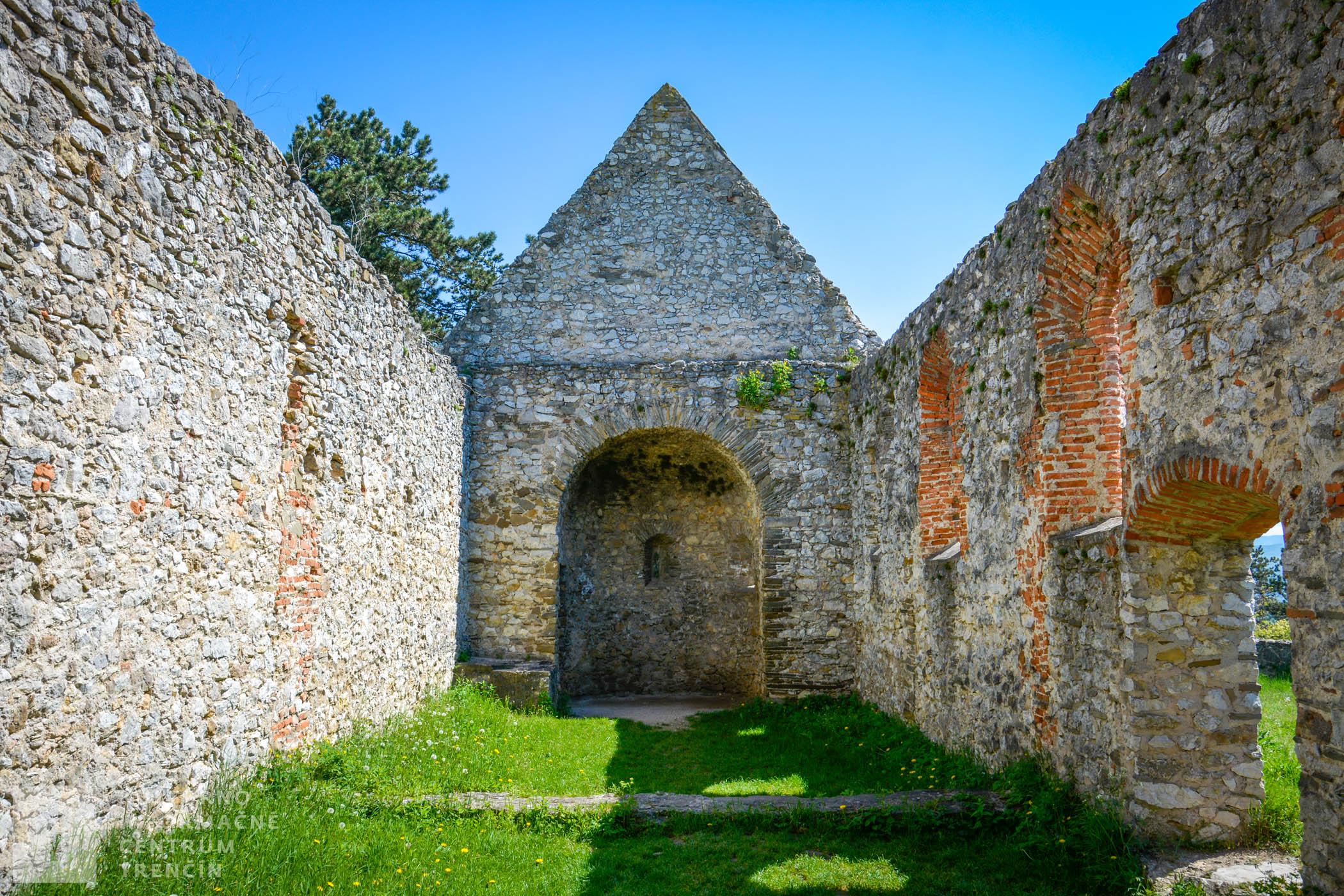 Románsky kostolík Všetkých svätých so zachovanou apsidou v Haluziciach