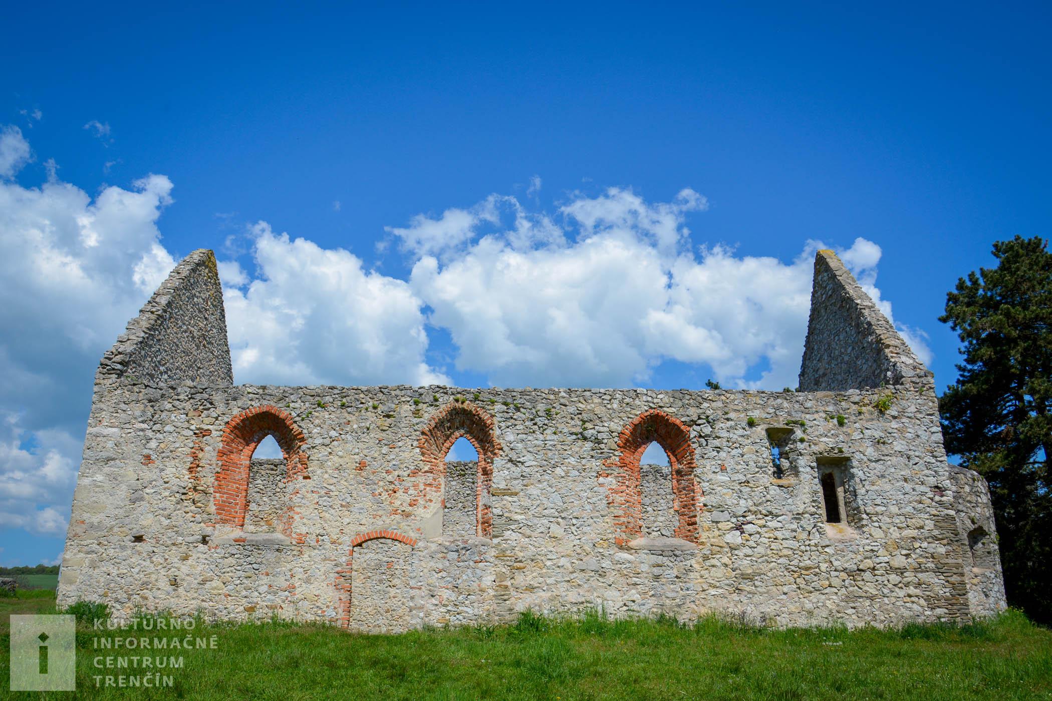 Pozostatky románskeho kostolíka Všetkých svätých v Haluziciach