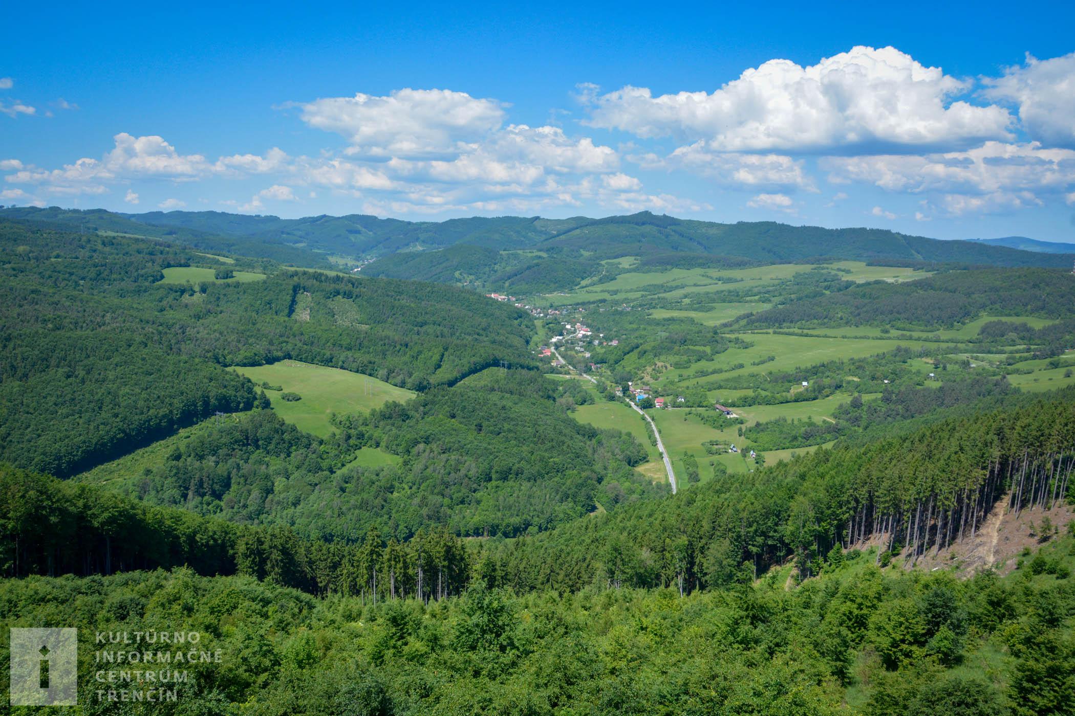 Výhľad z rozhľadne na obec Zubák