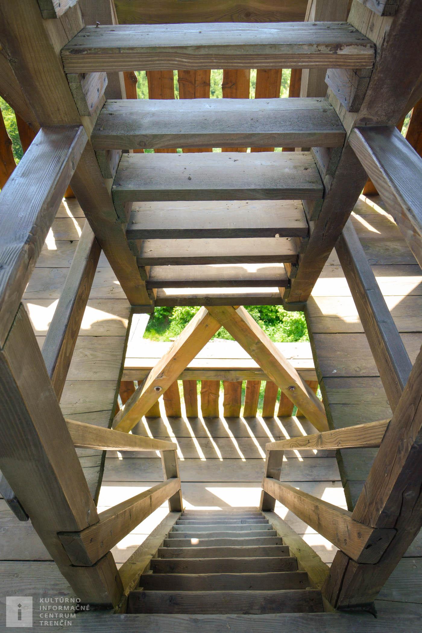Pohľad na schodište rozhľadne Púchovskej doliny