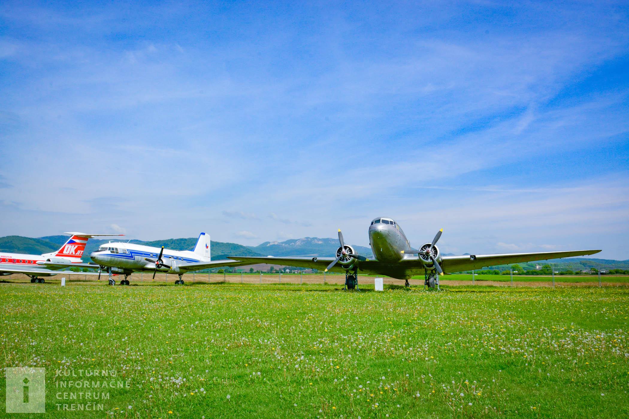Lietadlá v Leteckom múzeu na letisku v Slávnici