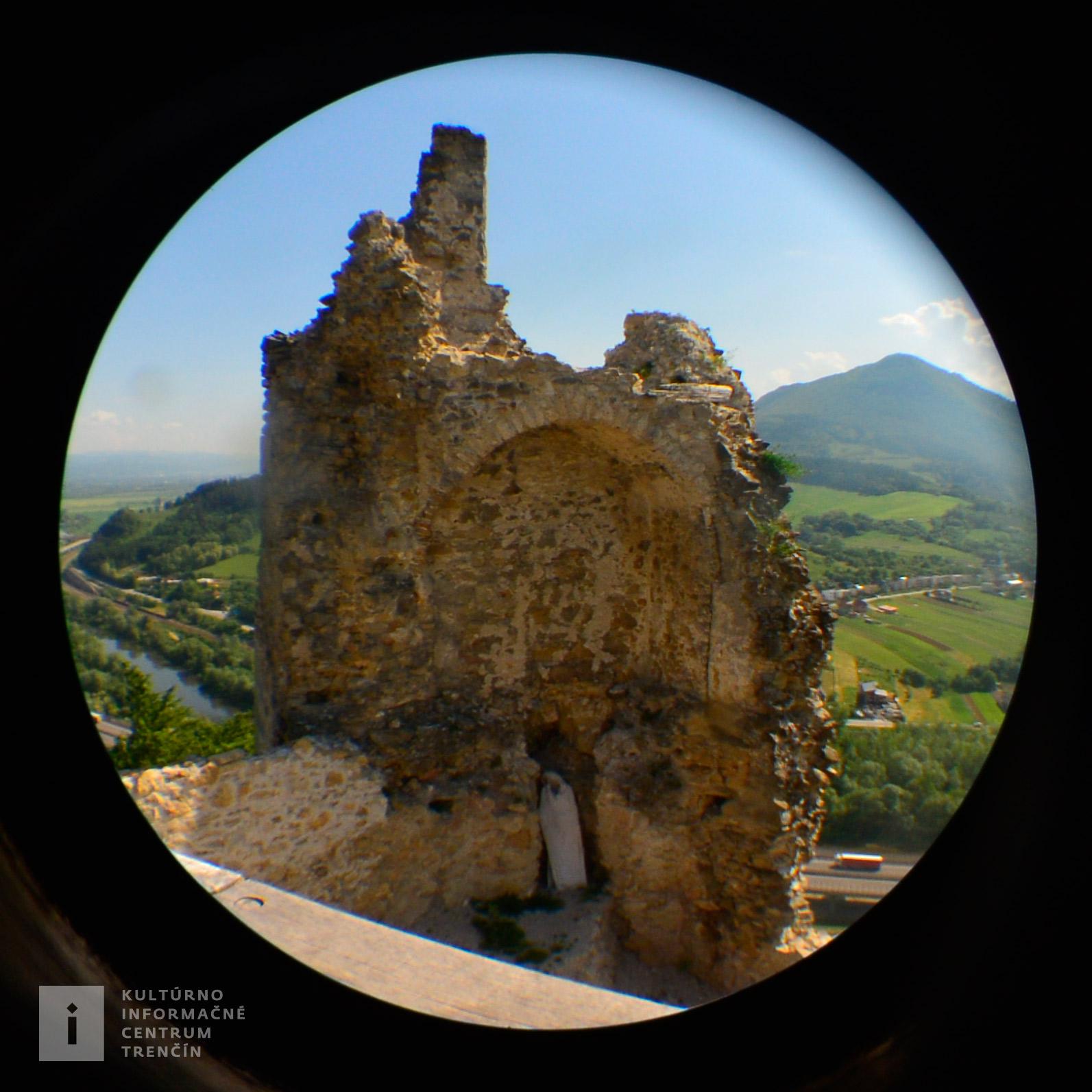 Zrúcanina hradu je situovaná na strmom vrchu na pravom brehu Váhu
