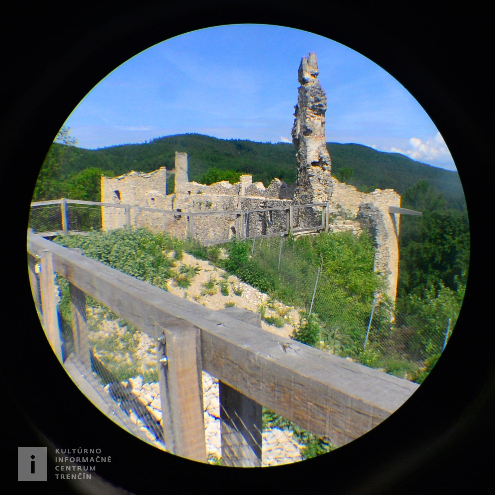 Medzi najstaršie časti Považského hradu patrila veža a gotický palác.