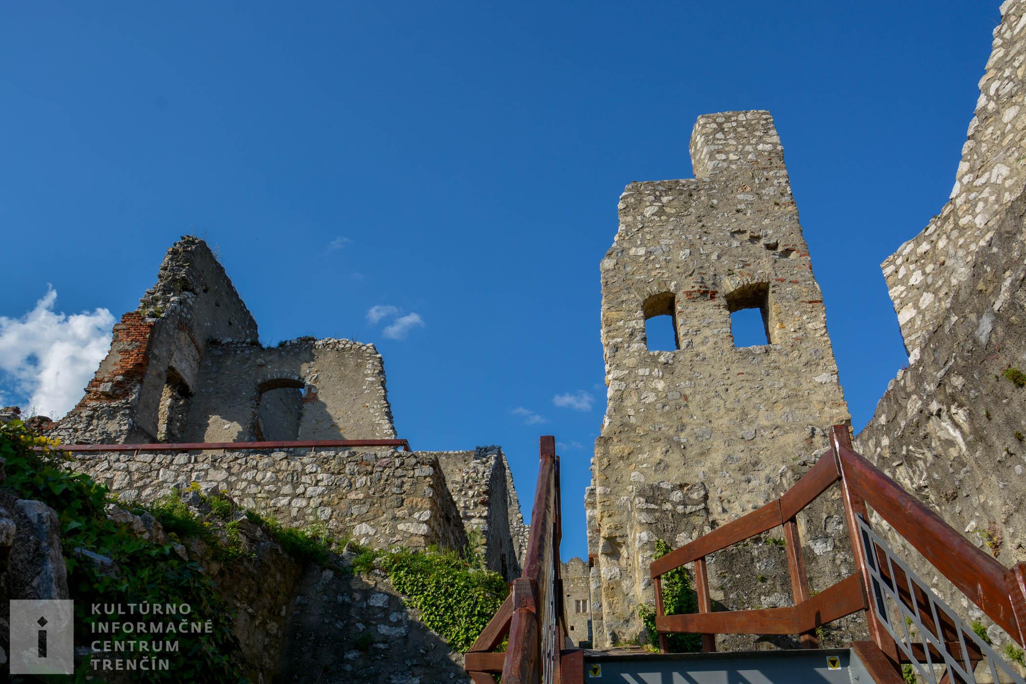 Pohľad na horný hrad na hrade Beckov