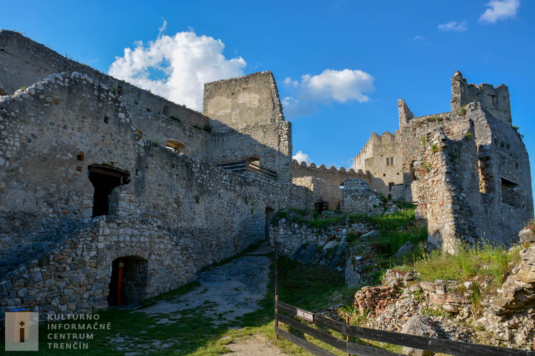 Rozľahlý hrad Beckov