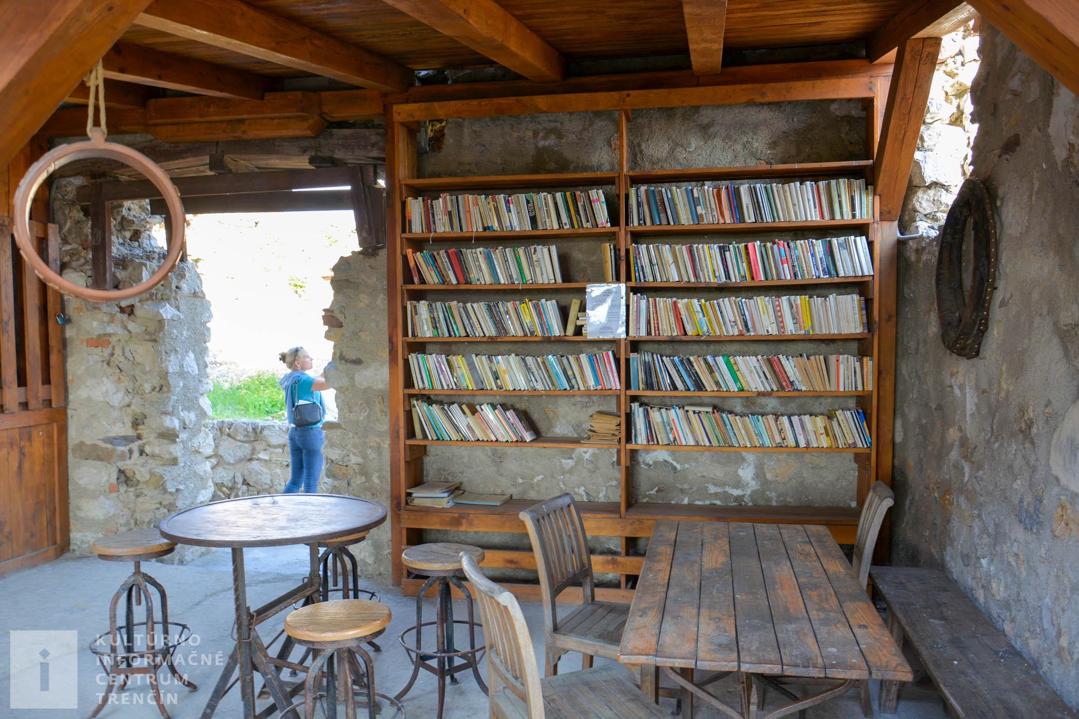 Kaviareň s knižnicou na hrade Beckov