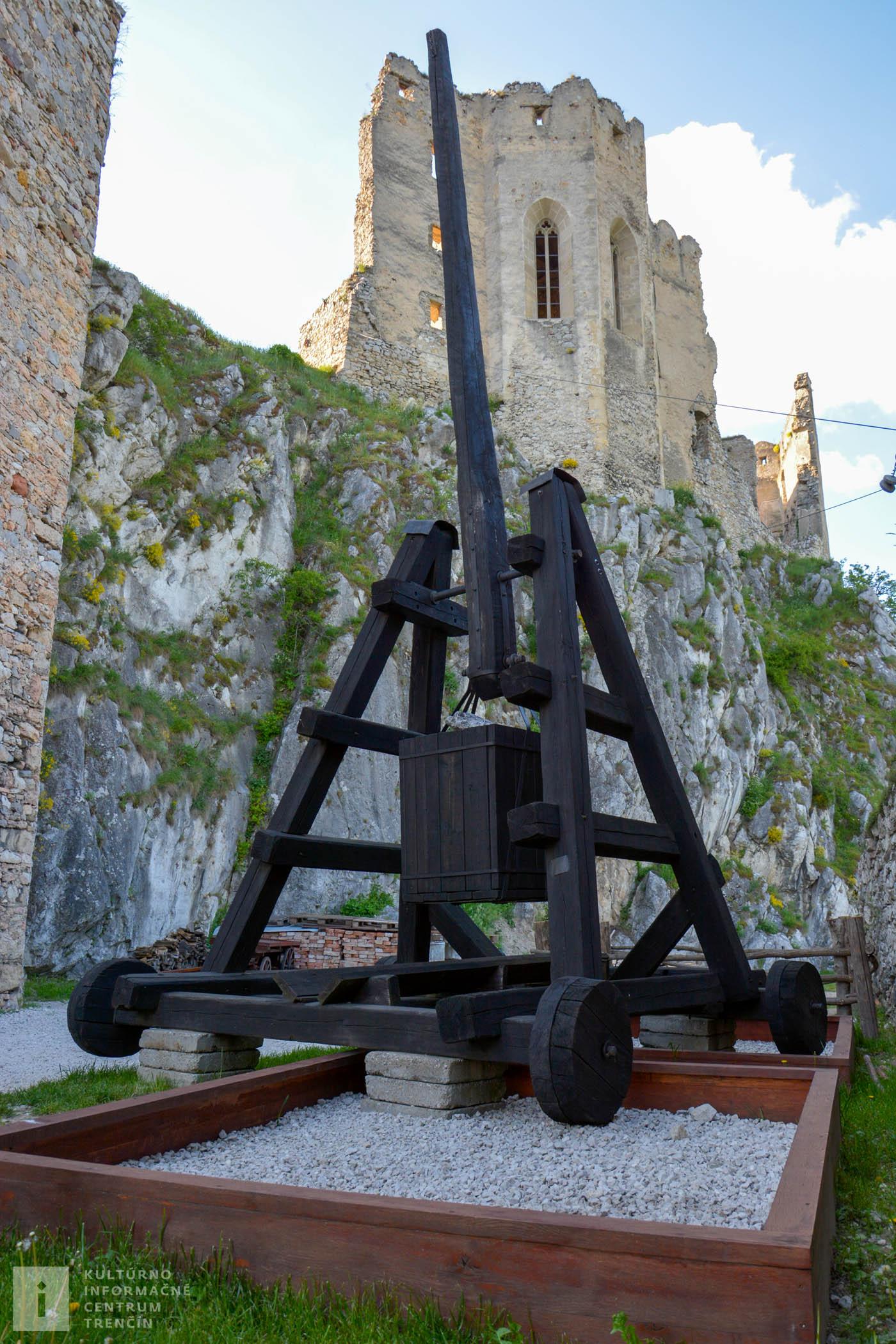 Dobová zbraň Trebuchet na hrade Beckov