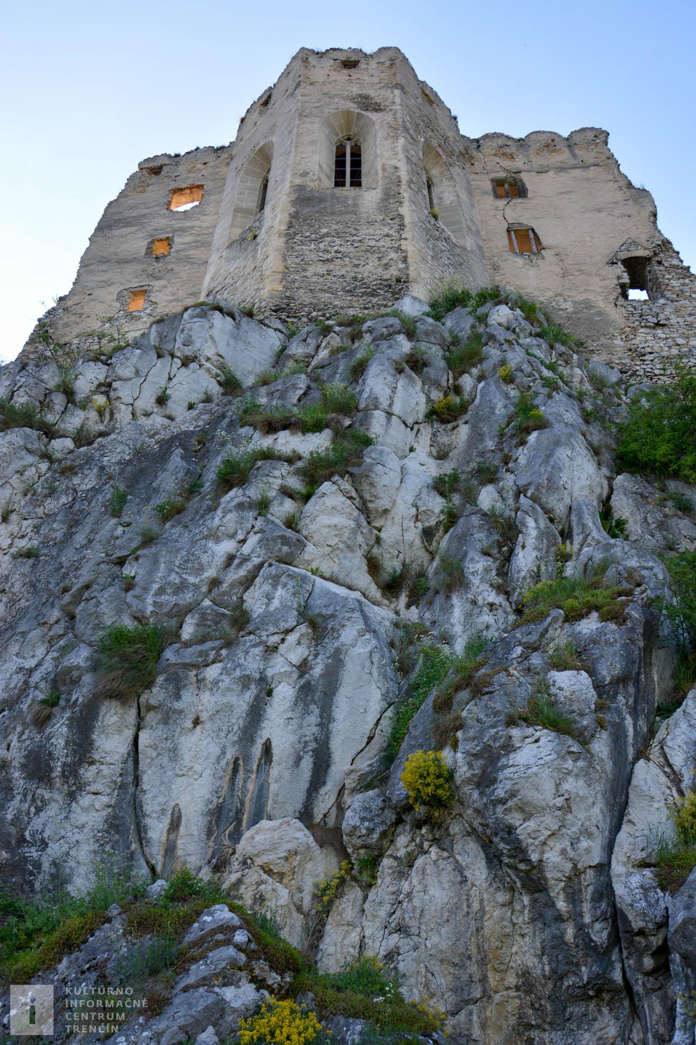 Hradná kaplnka na vápencovom brale hradu Beckov