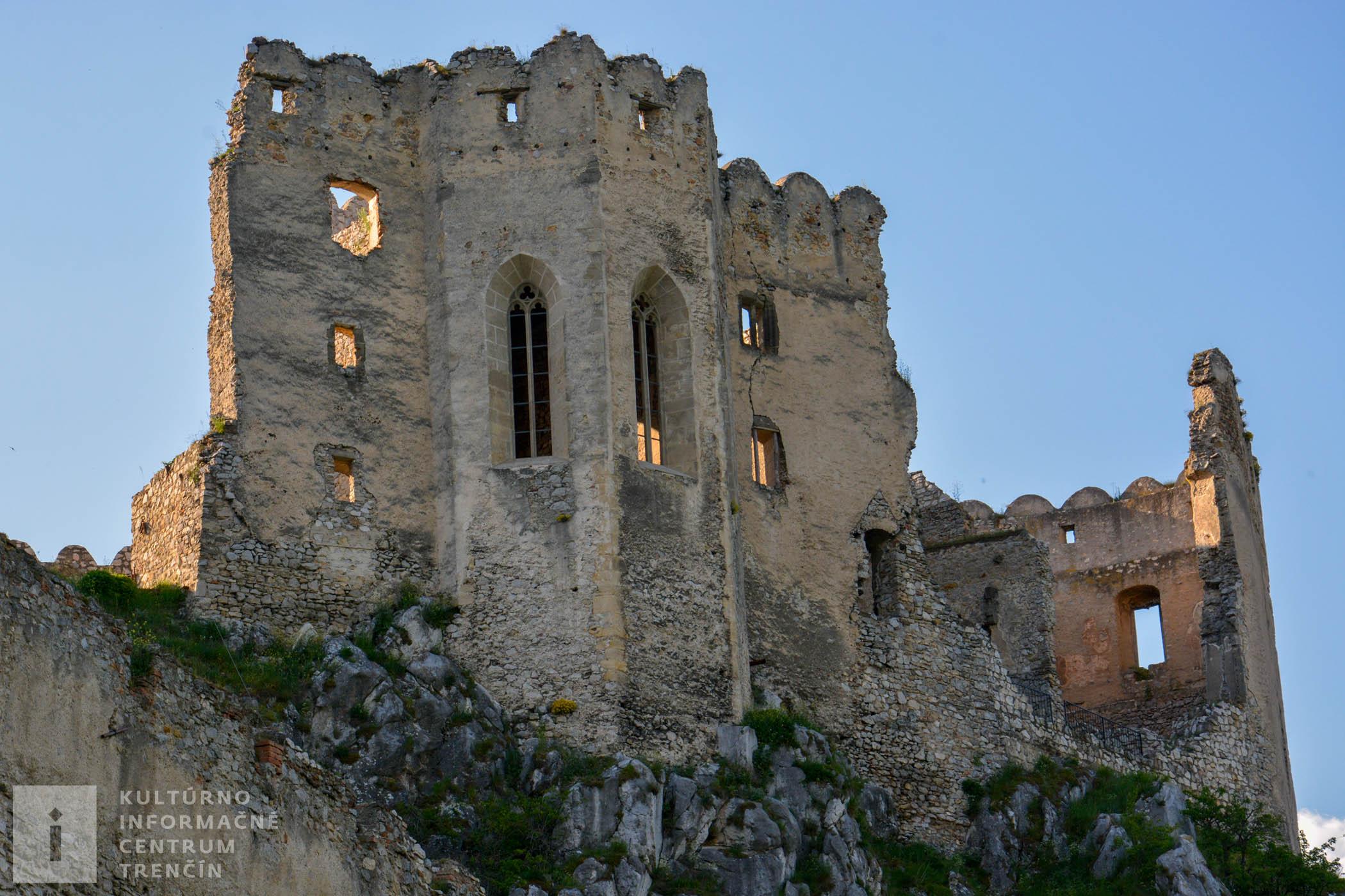 Pohľad na hradnú kaplnku na hrade Beckov