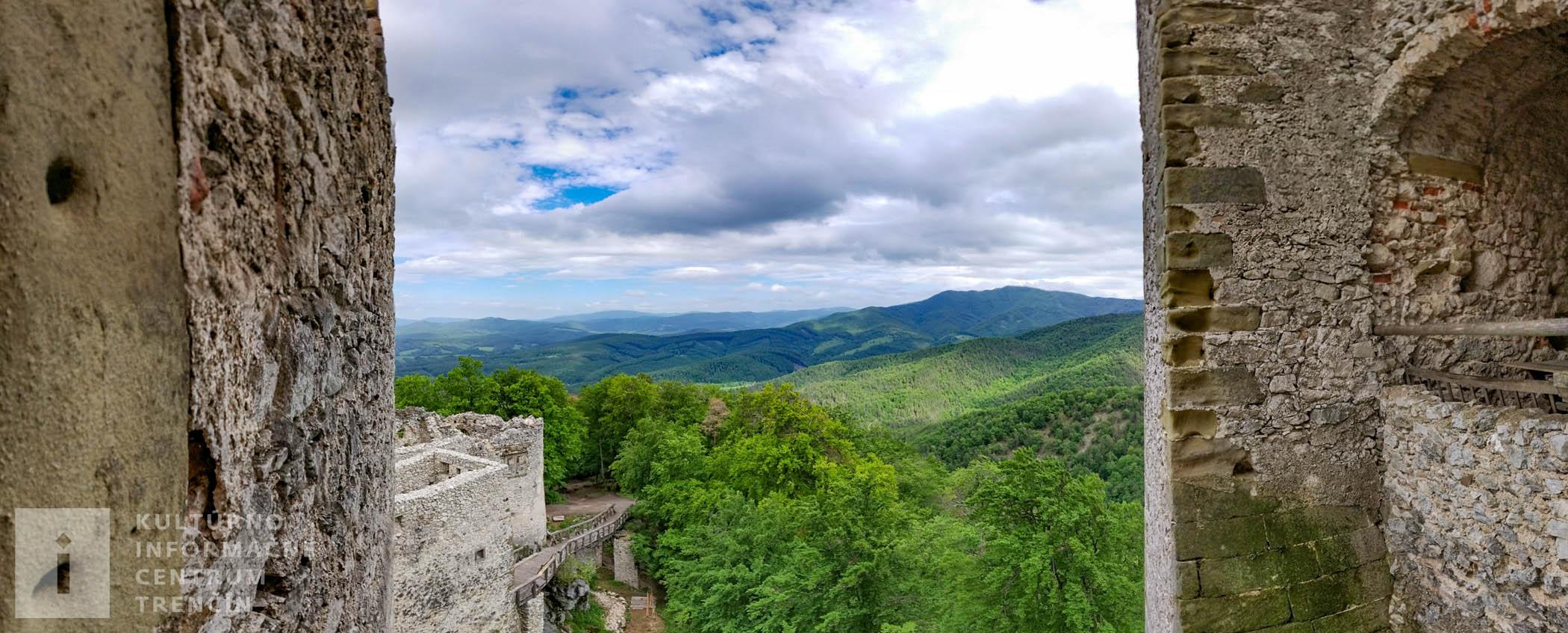 Pohľad z hradu Uhrovec/View from Castle Uhrovec