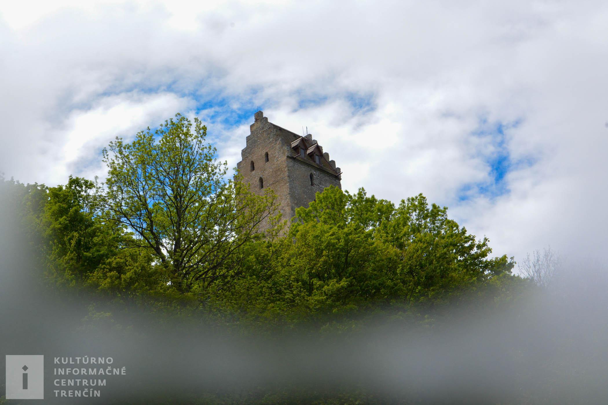 Gotická veža Topoľčianskeho hradu s originálnou strechou.